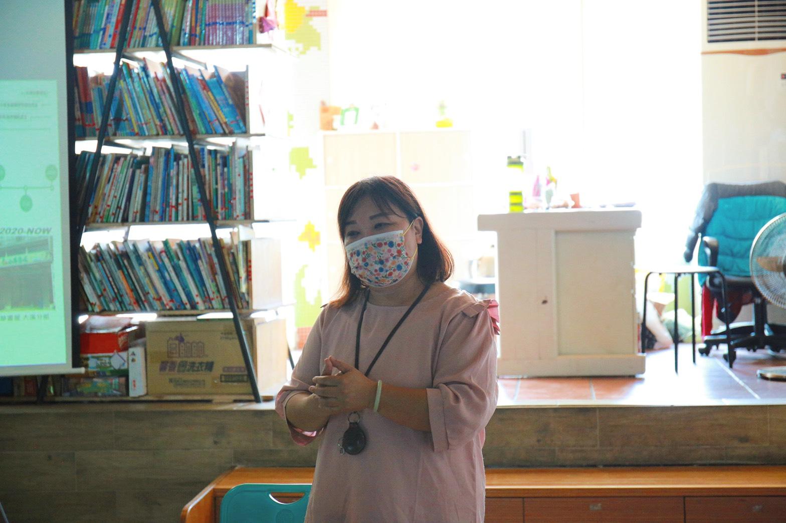 小草樹屋副校長阮家貞(貞媽)分享自己從教育工作者、台北偶戲館館長一路到小草樹屋服務經歷。陳心慈攝影