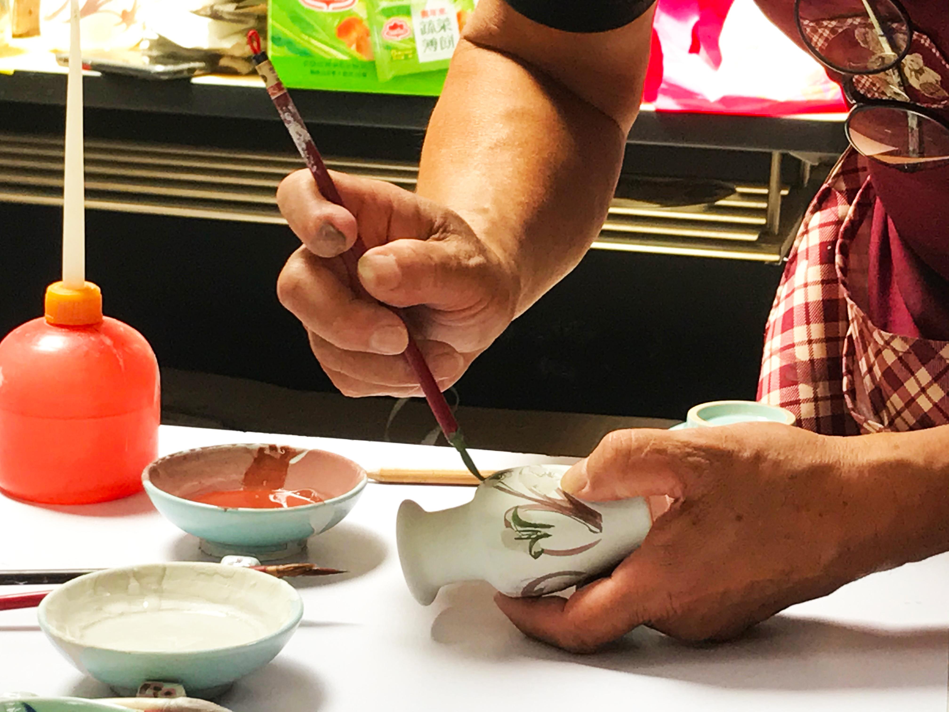 (圖三)活動由三鶯文化達人黃世昌老師教導青年用各種釉料彩繪陶瓷花瓶。(劉宣廷/攝影)