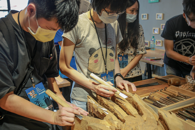 (Dreamer學員使用雕刻刀體驗臺灣傳統的鑿花技術。陳心慈攝影)