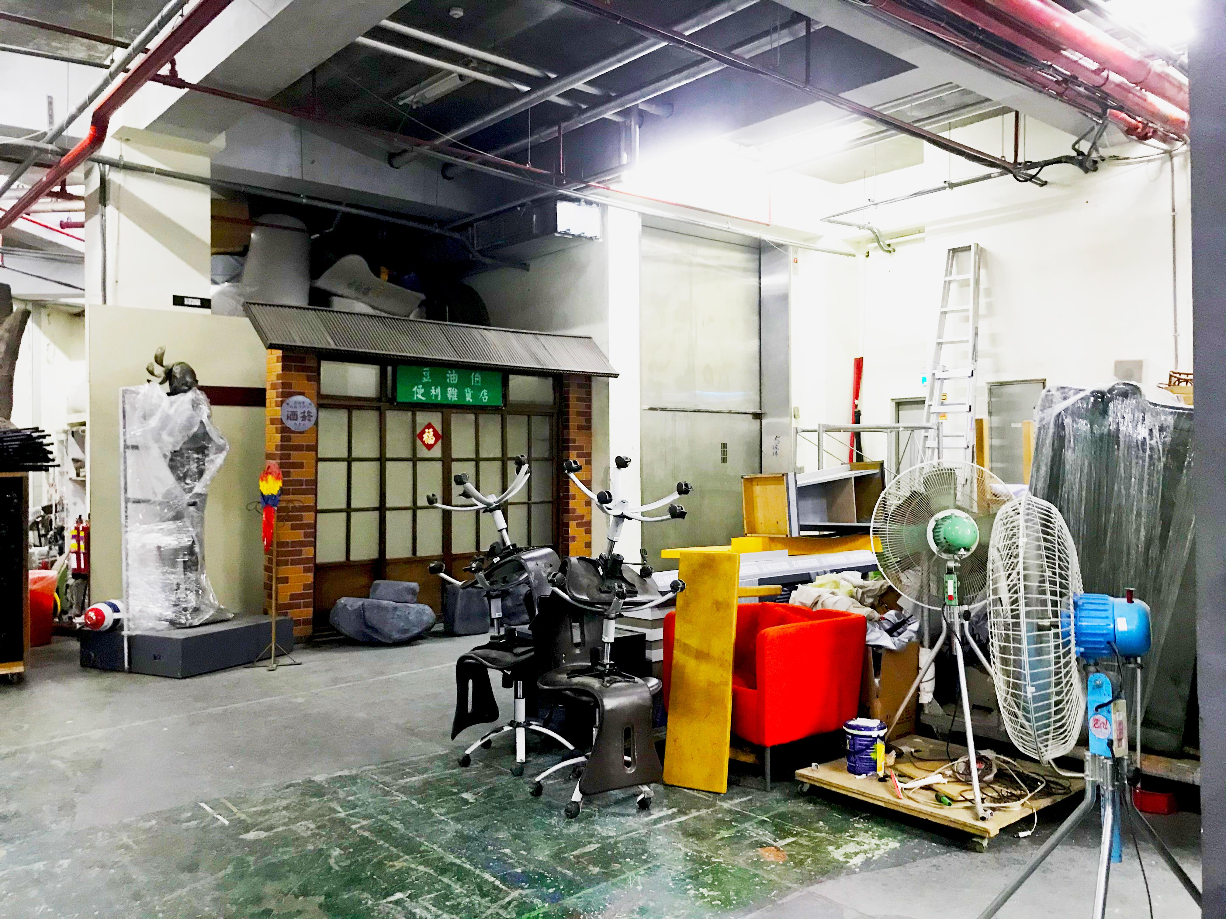 (圖三)公共電視台道具庫房收藏著各式節目的道具。攝影/劉宣廷