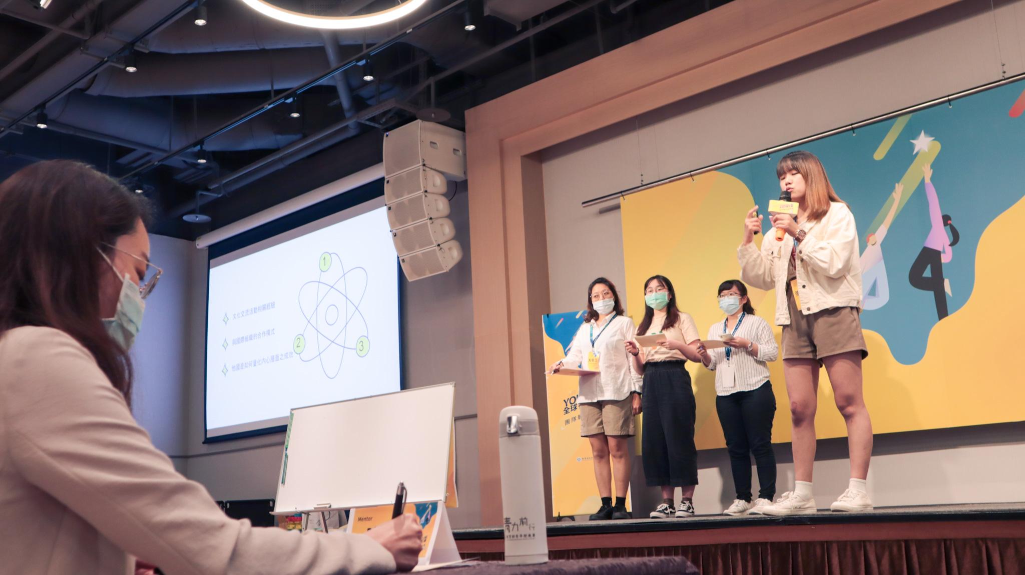 九位mentor指導二十二組青創團隊,並進行方案指導,點出團隊盲點。(陳薇宇/攝)