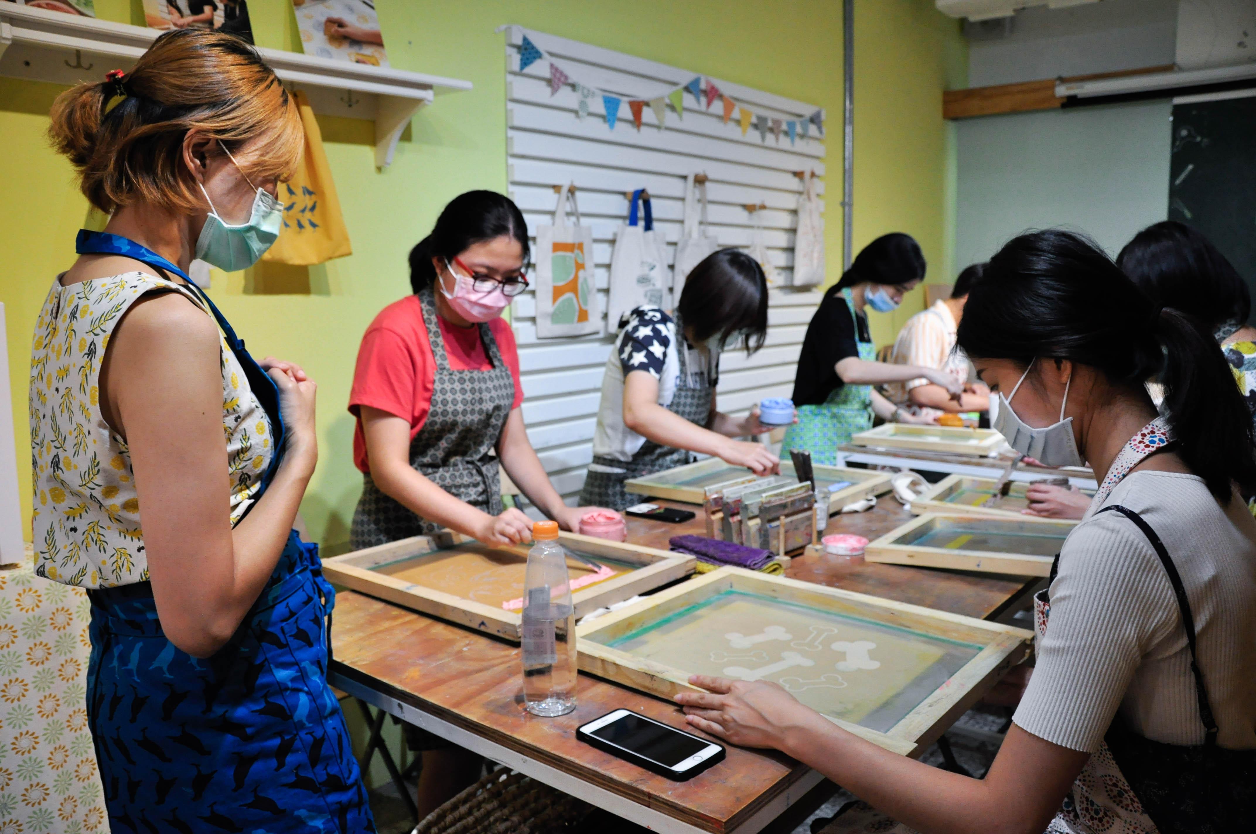 絹印手作樂課程由店長溫珮妏(圖左)負責教學。攝影/汪祐寧