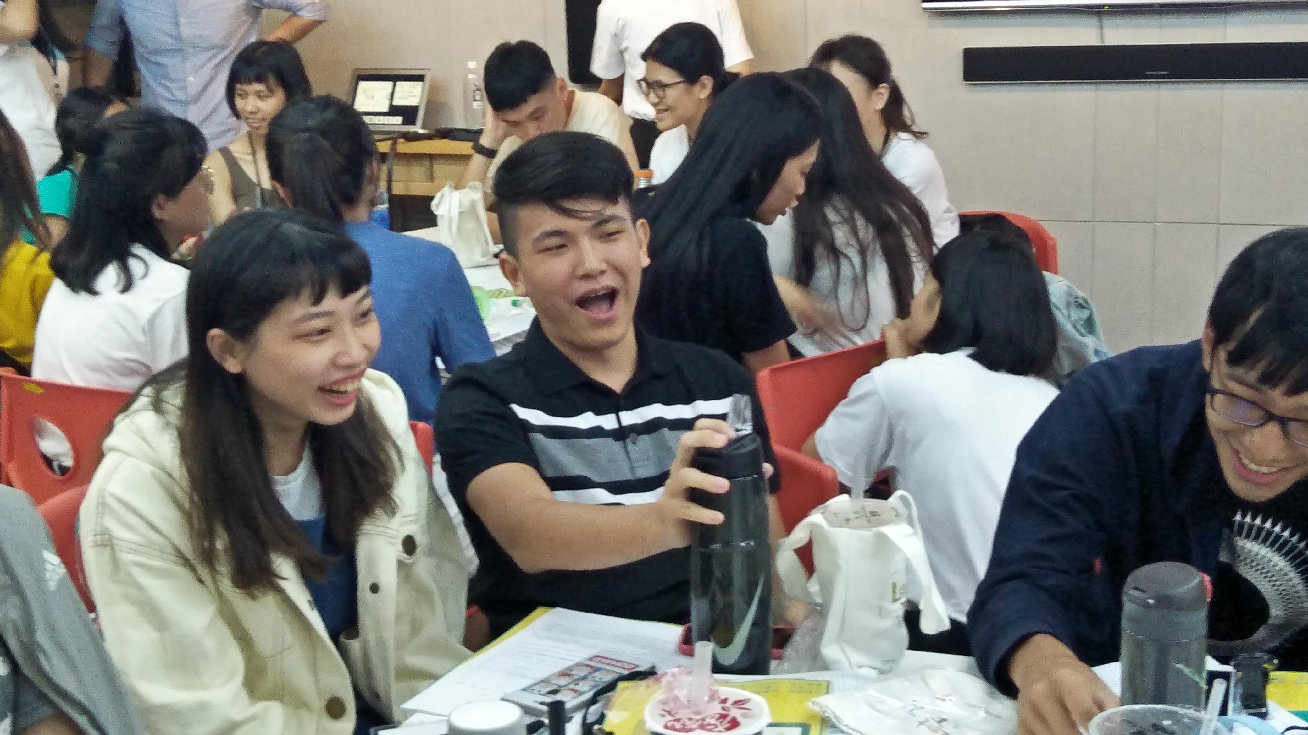 (圖三)與會青年們熱烈地互相討論。