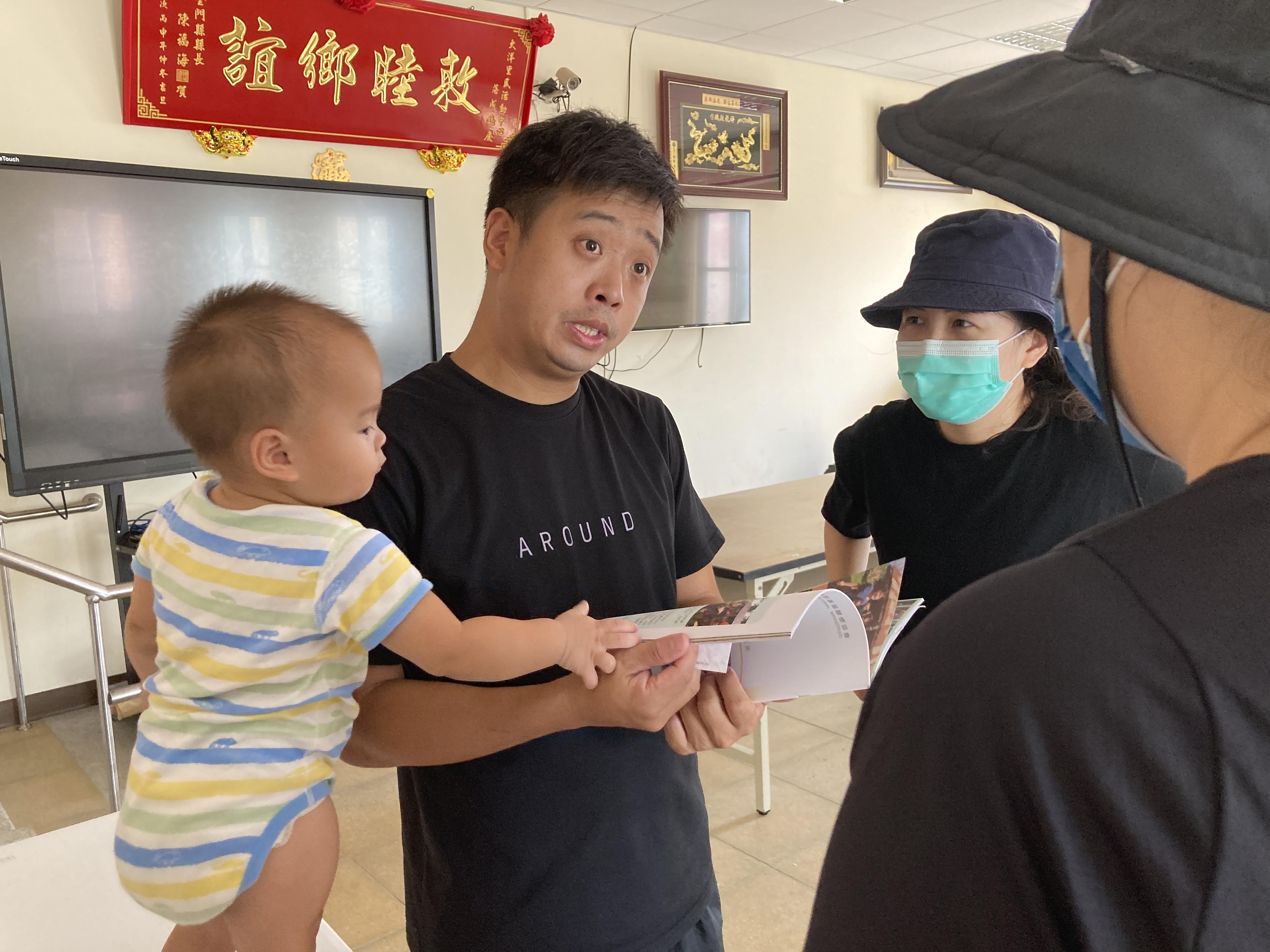 (圖五:理事長吳嘉翔帶著他的小女兒和我們會面/攝影:宗洧)