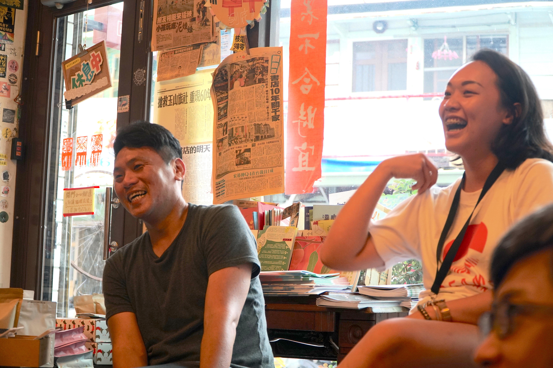 (圖三)Dreamer至台前分享自己的提案經驗,圖左為土溝美術館創辦人黃鼎堯老師。
