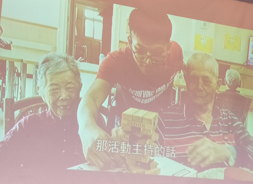(圖二)財團法人臺中縣私立公老坪社會福利慈善基金會暑期工讀學生與阿公阿嬤玩桌遊
