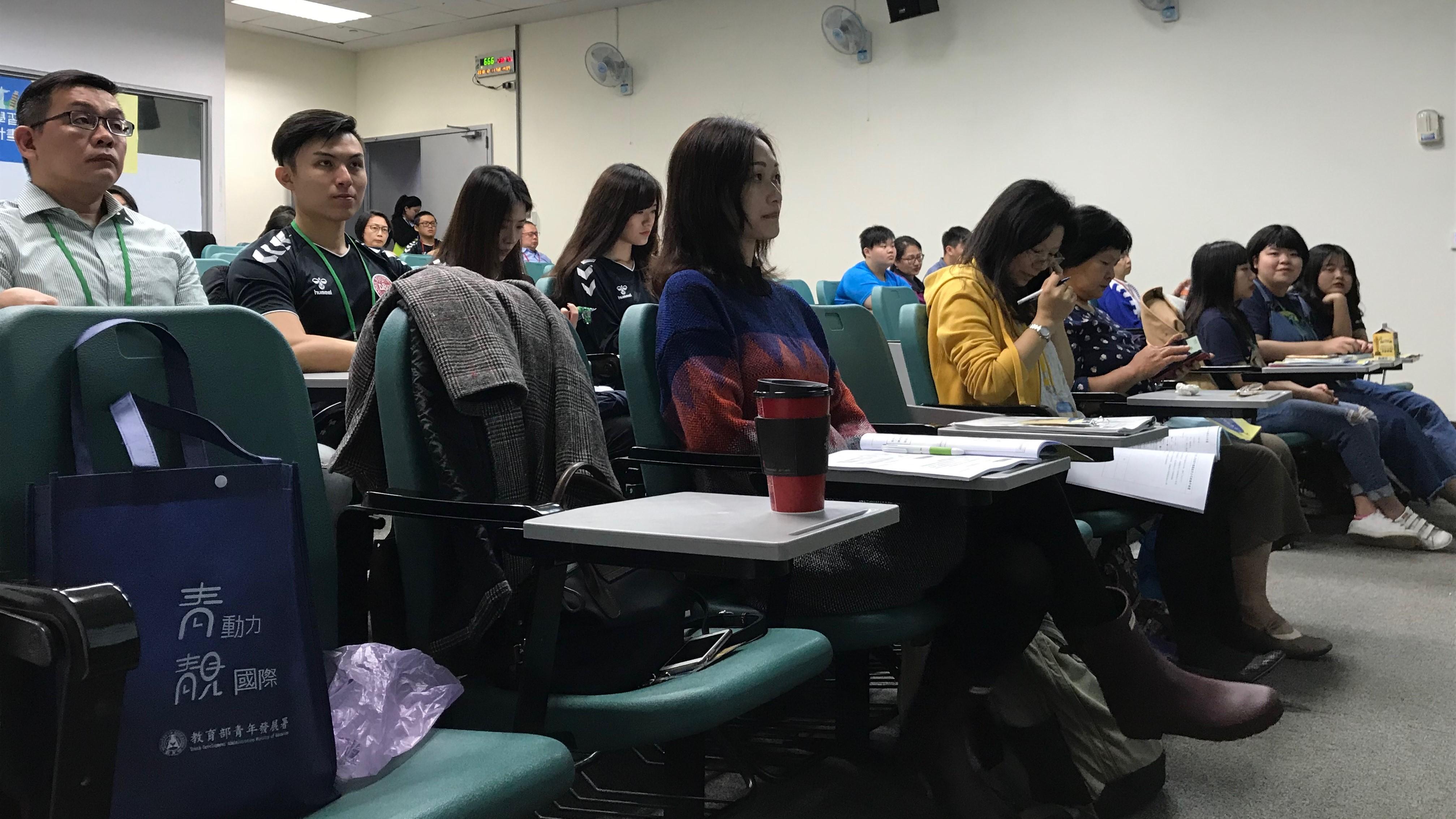 (圖二)與會人員專心聆聽計劃的內容