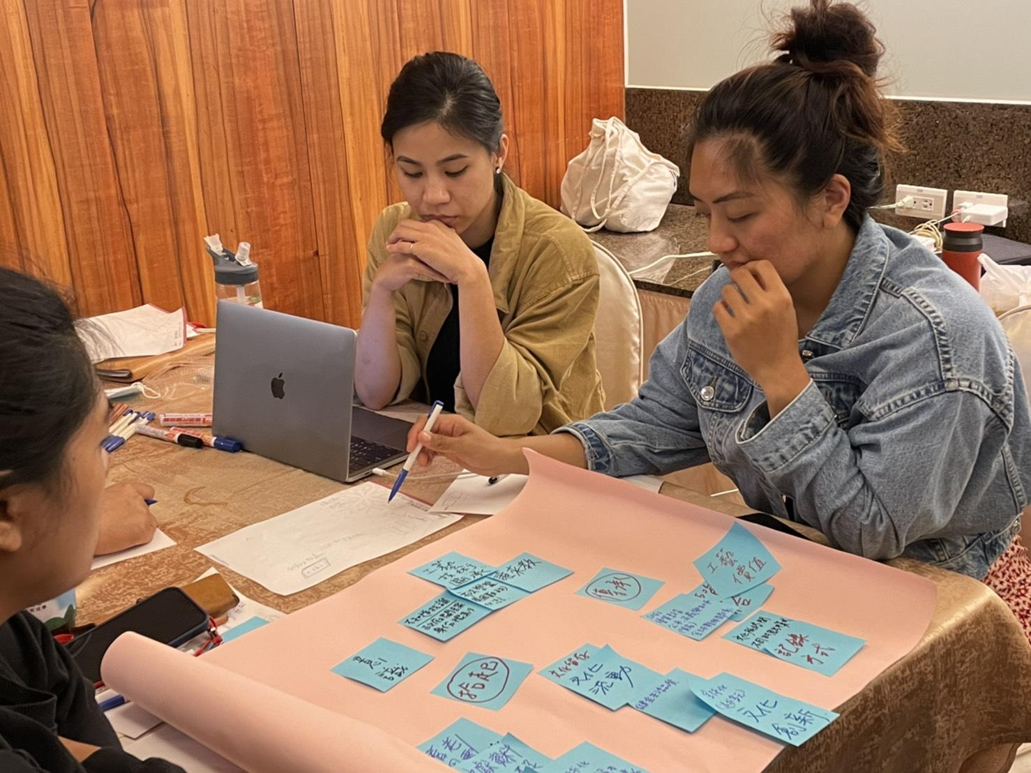 圖3:來自「Kipakim」團隊排灣族的徐嘉優(右)期許把紐西蘭的民族教育帶回台灣。圖/黃婕攝