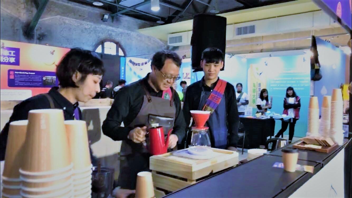 (圖三)青年署署長羅清水親自泡咖啡給分享志工