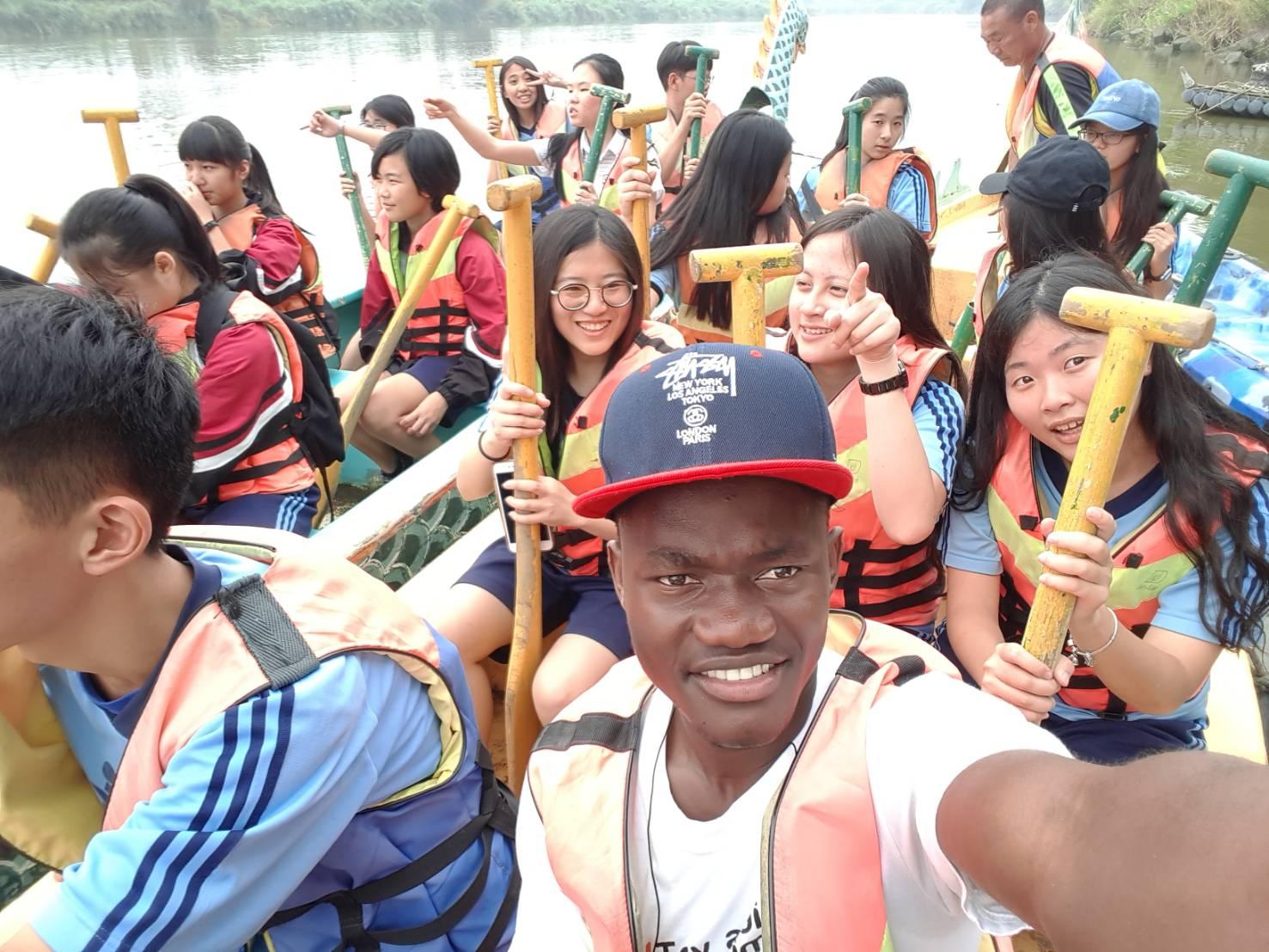 (圖二)參與學員體驗滑獨木舟