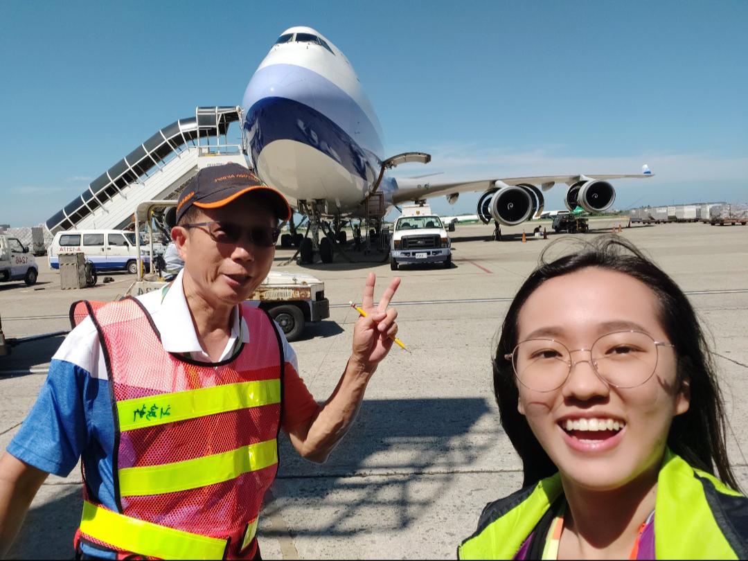 用人單位特別安排工讀同學至停機坪認識機場的各種工作