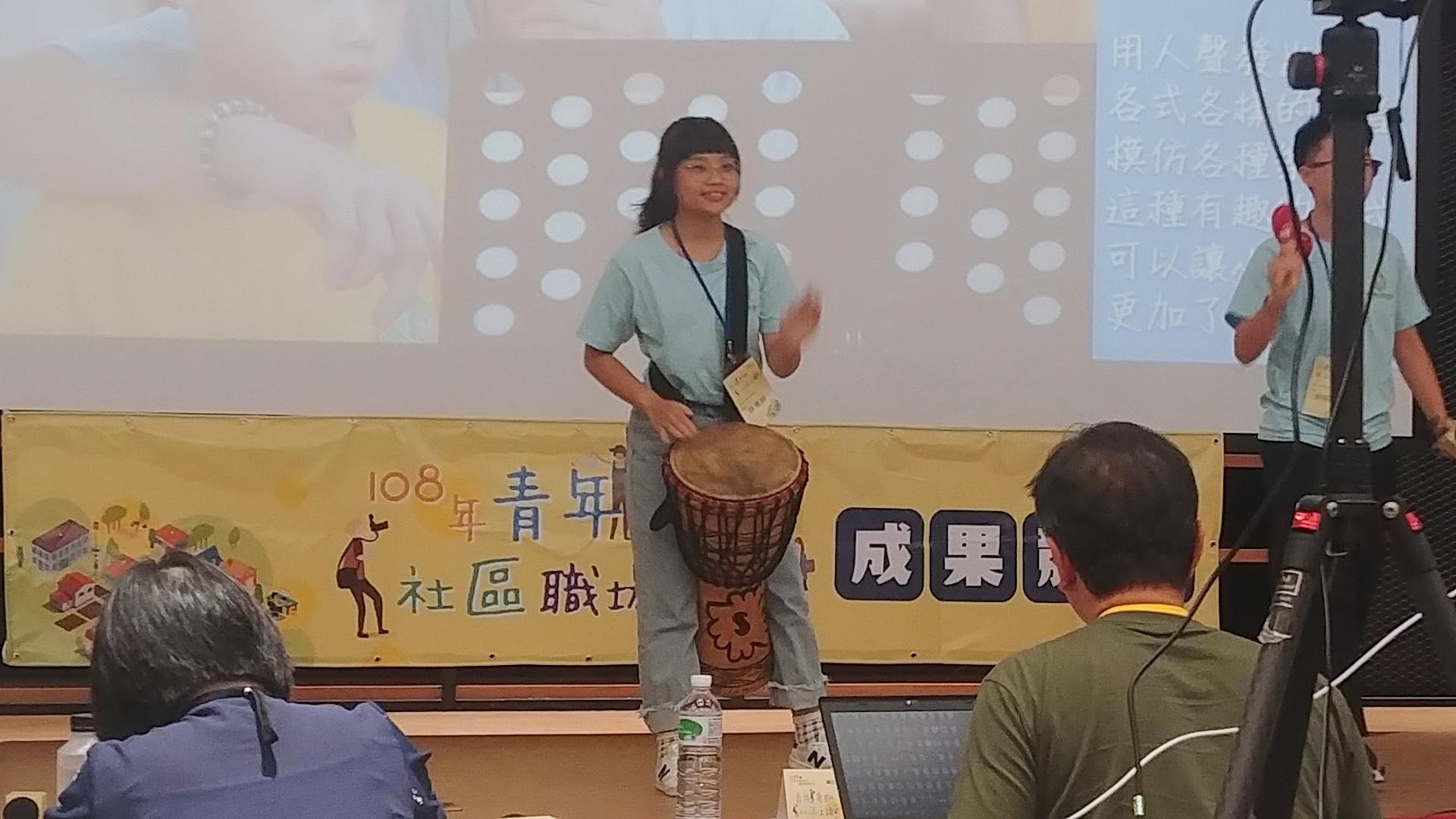(圖二)學生現場表演非洲鼓。