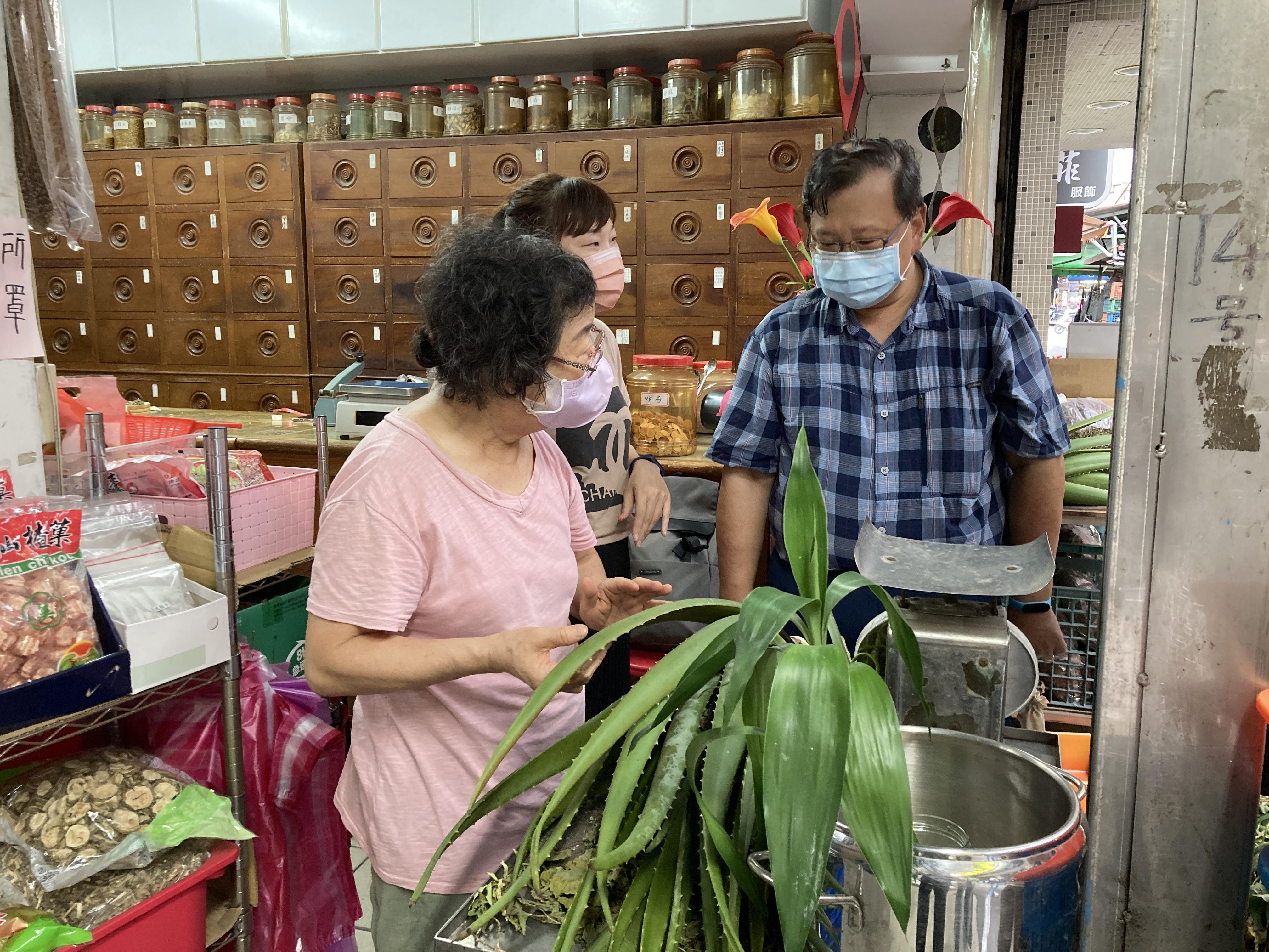 (圖七:許主冠老師和草藥阿嬤正在研究長了五年的巨大蘆薈/攝影:宗洧)