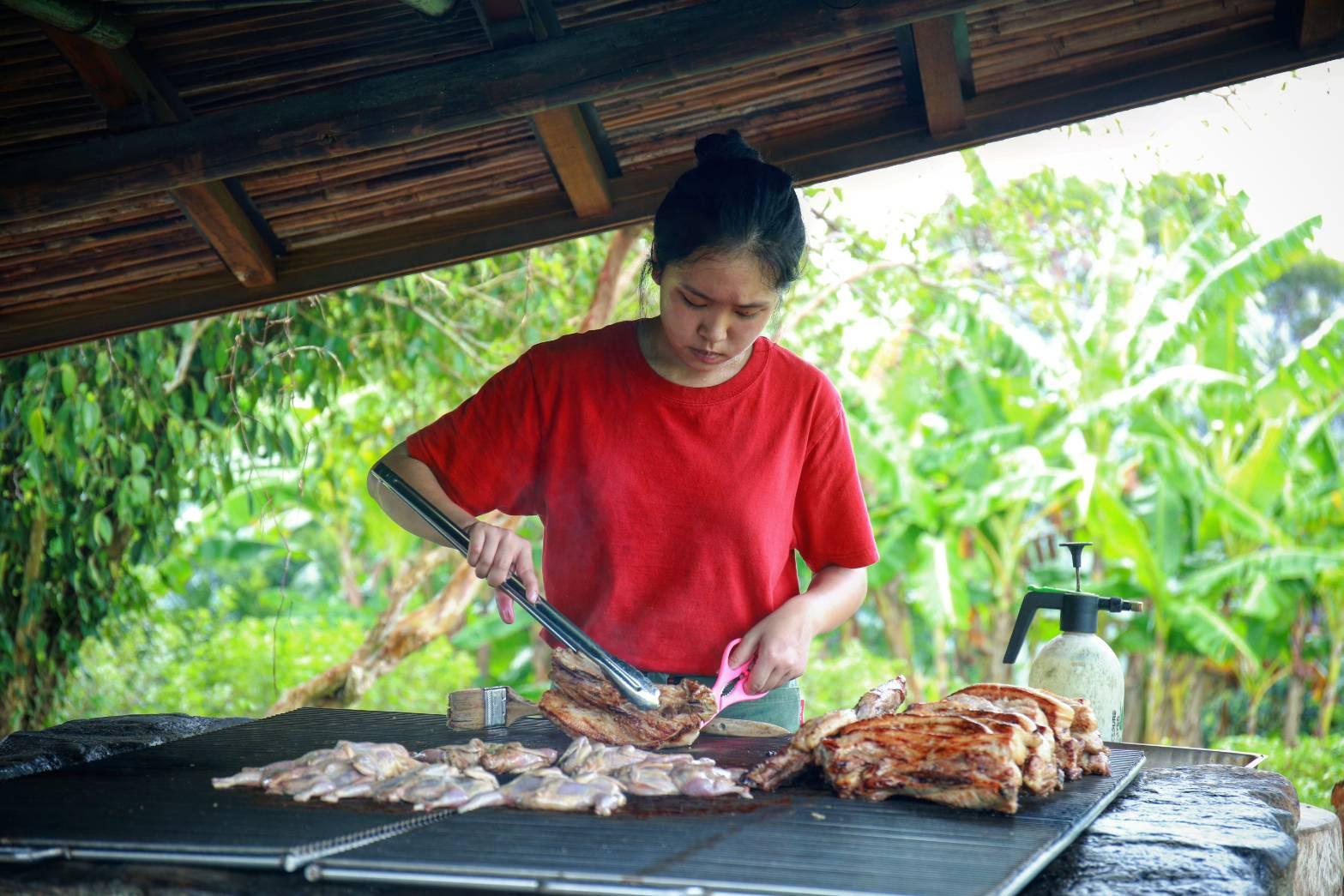 部落青年在學校學習餐飲經驗,並在家鄉一展長才,為餐桌添加美味料理。陳心慈攝影