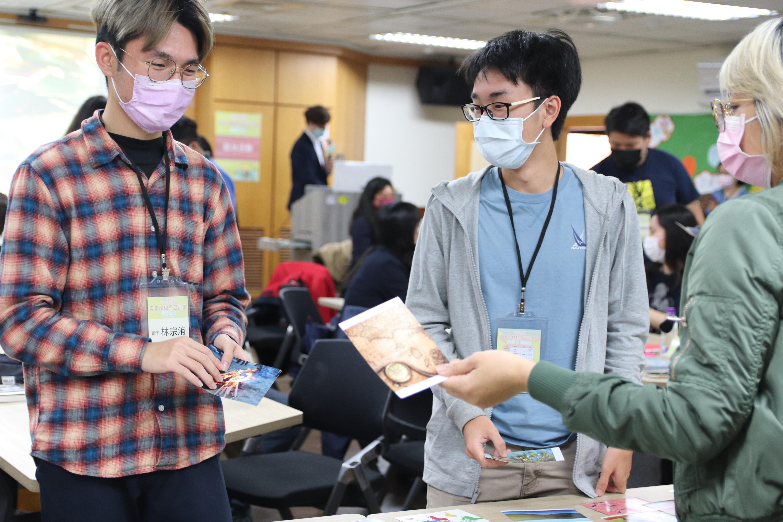 圖4:學員相互交流那張卡片對自己的意義。圖/劉書妤攝。