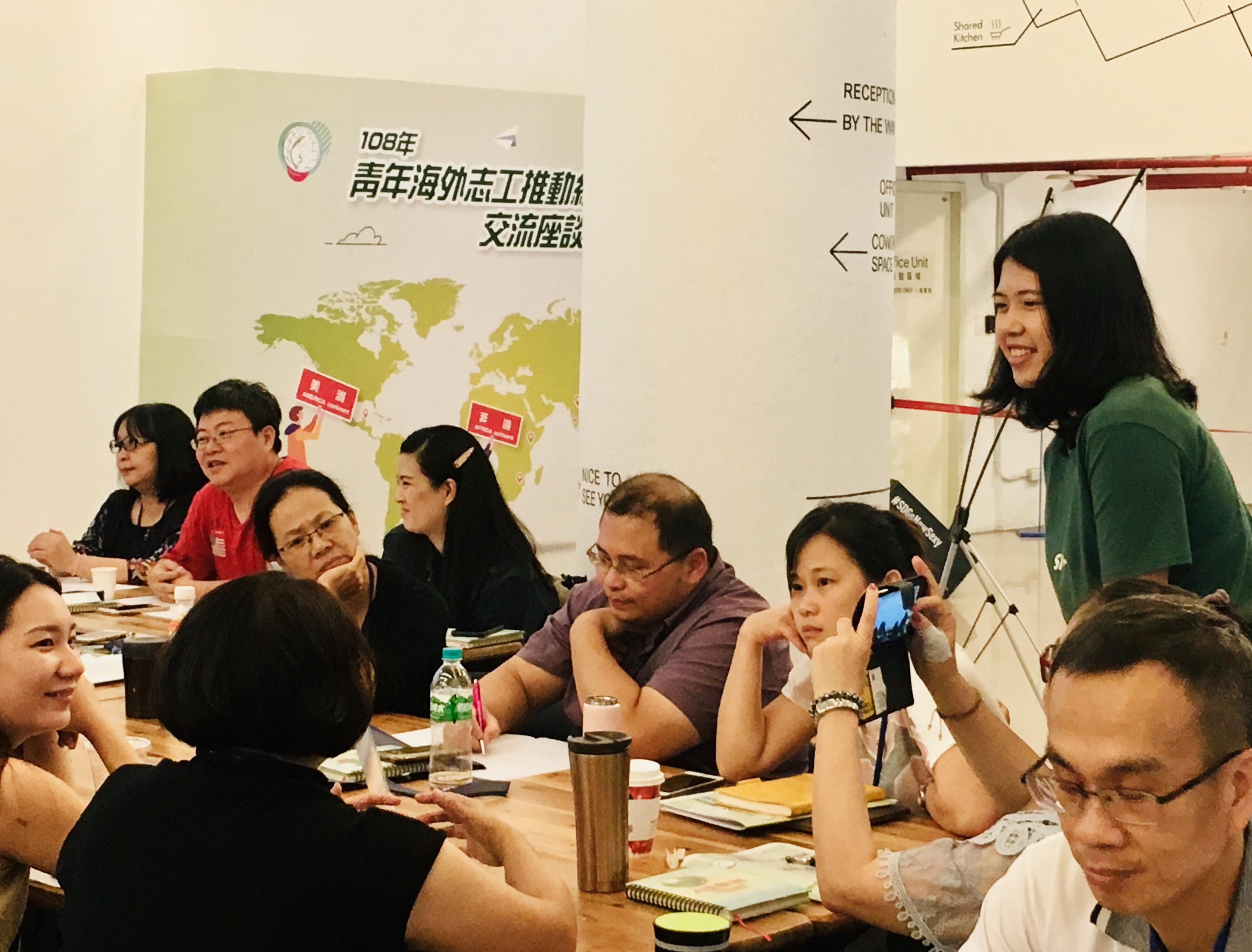 (圖二)曾在柬埔寨擔任國際志工的王香尹與聽眾討論交流。