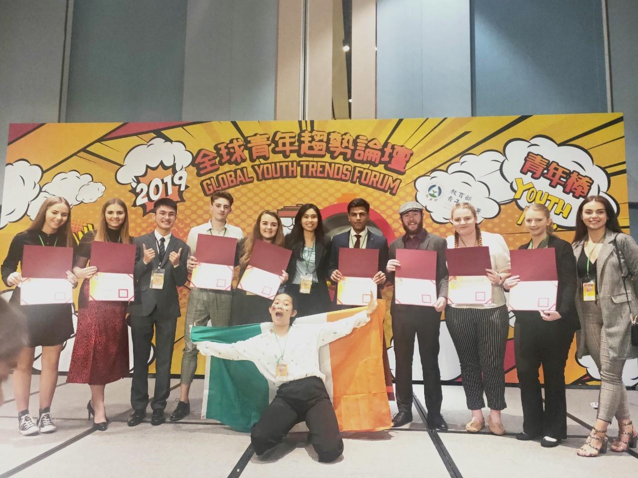 圖二:孫凡琪(後排中間)與愛爾蘭團在2019年全球青年趨勢論壇。