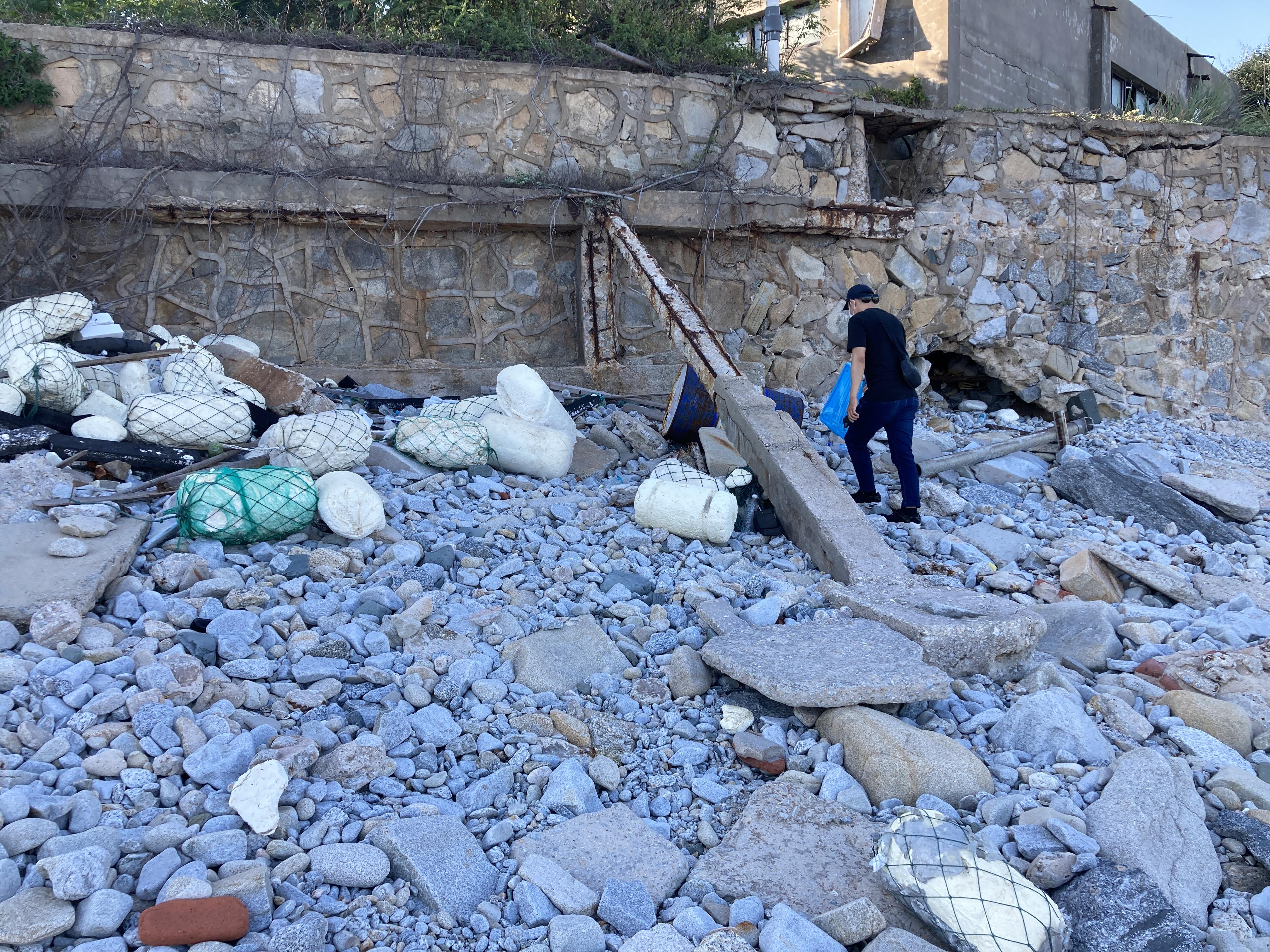 (圖三:花田一個人找到瓦礫片與垃圾堆積成的小丘/攝影:宗洧)