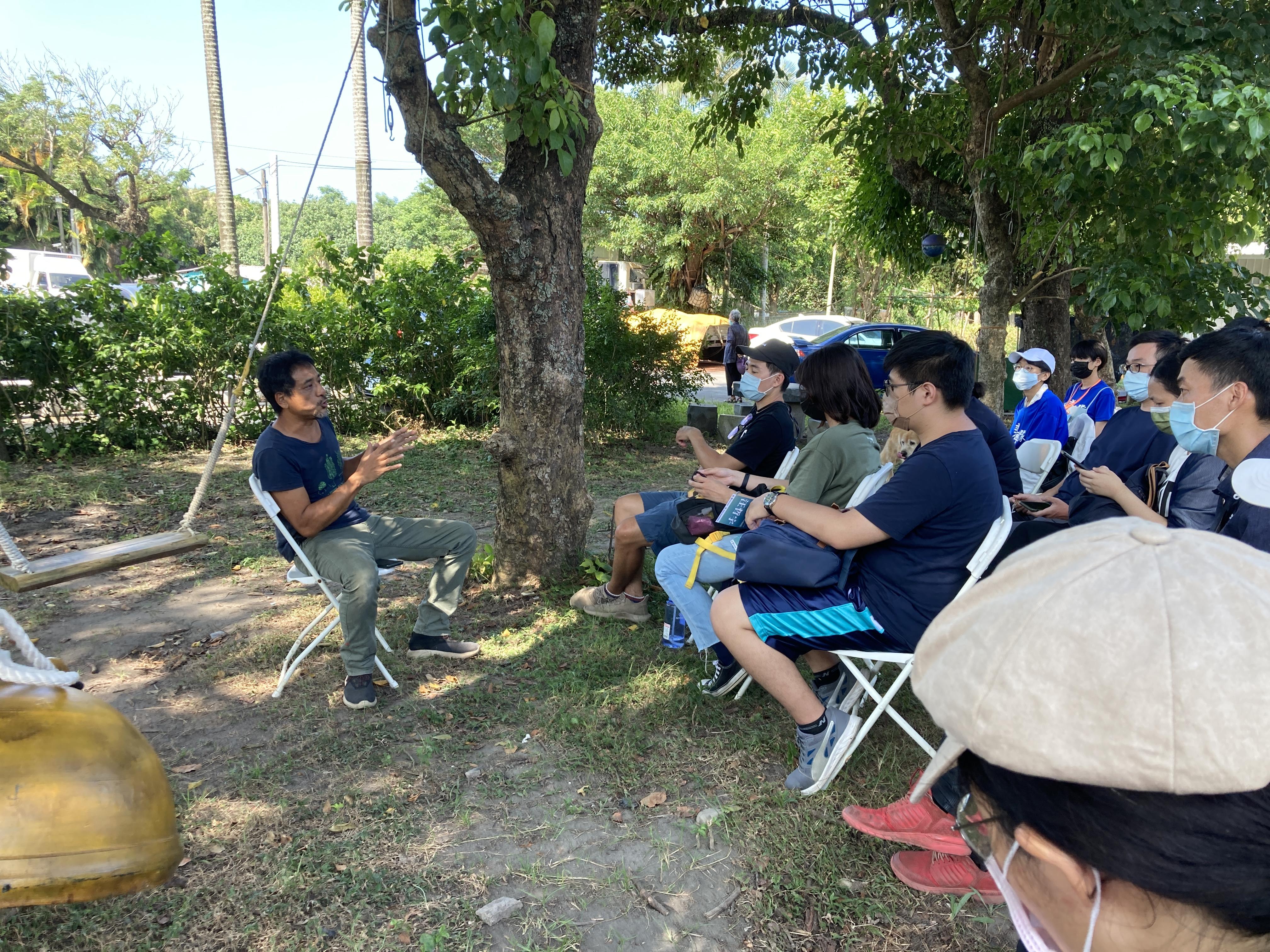 圖九:廖誌汶老師在社區裡的公園和學員進行經驗分享/攝影:宗洧