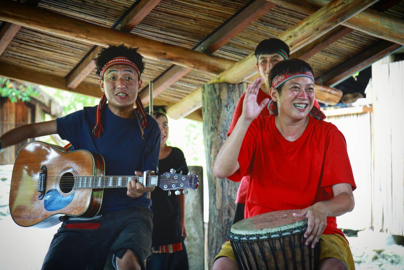 用餐之間,族人帶來輕快、經典的泰雅歌曲並與大家遊戲同樂。陳心慈攝影
