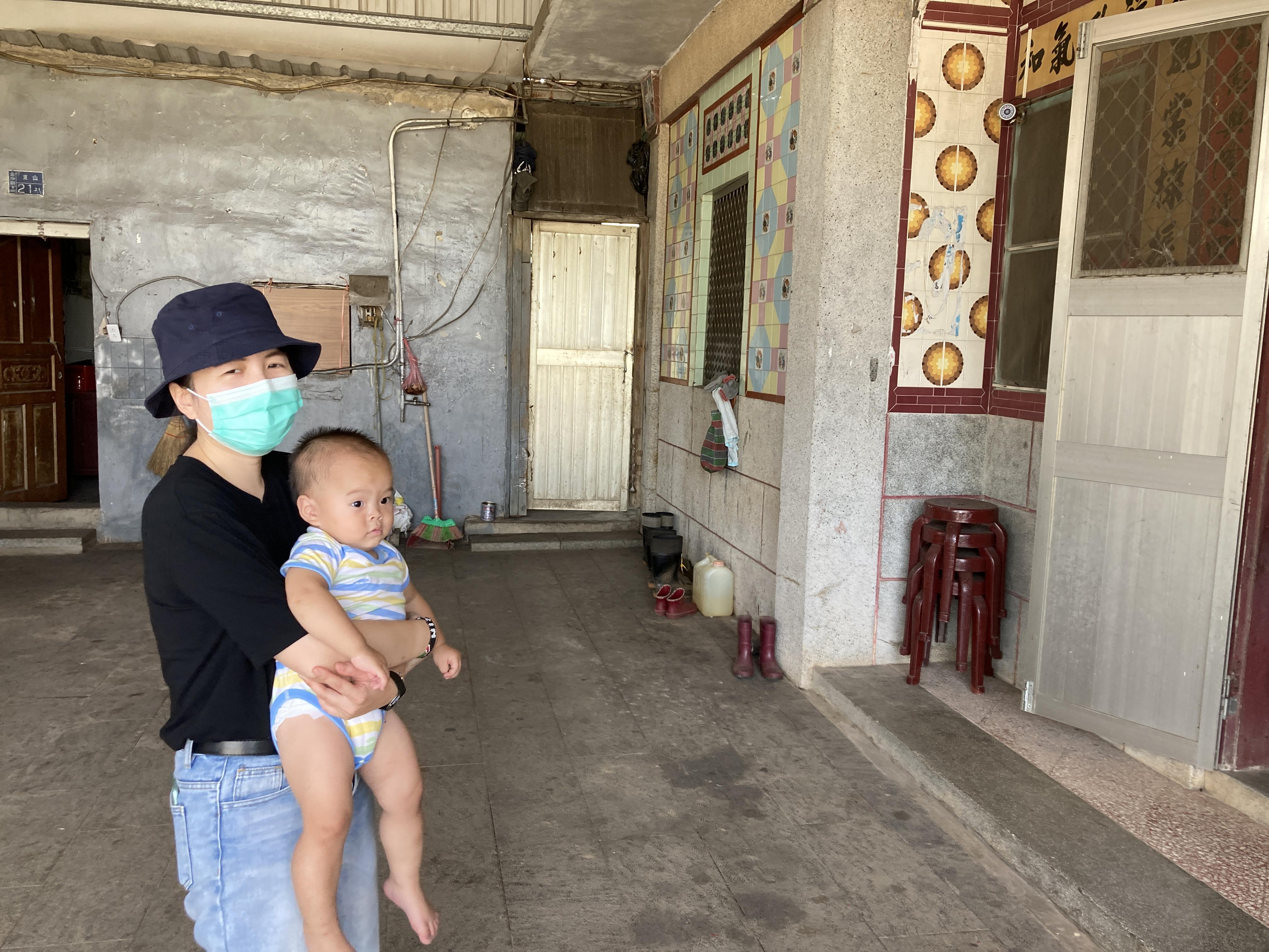 (圖八:新北金志工中心的夥伴莘甯還要幫忙照顧在地協力夥伴的小孩/攝影:宗洧)