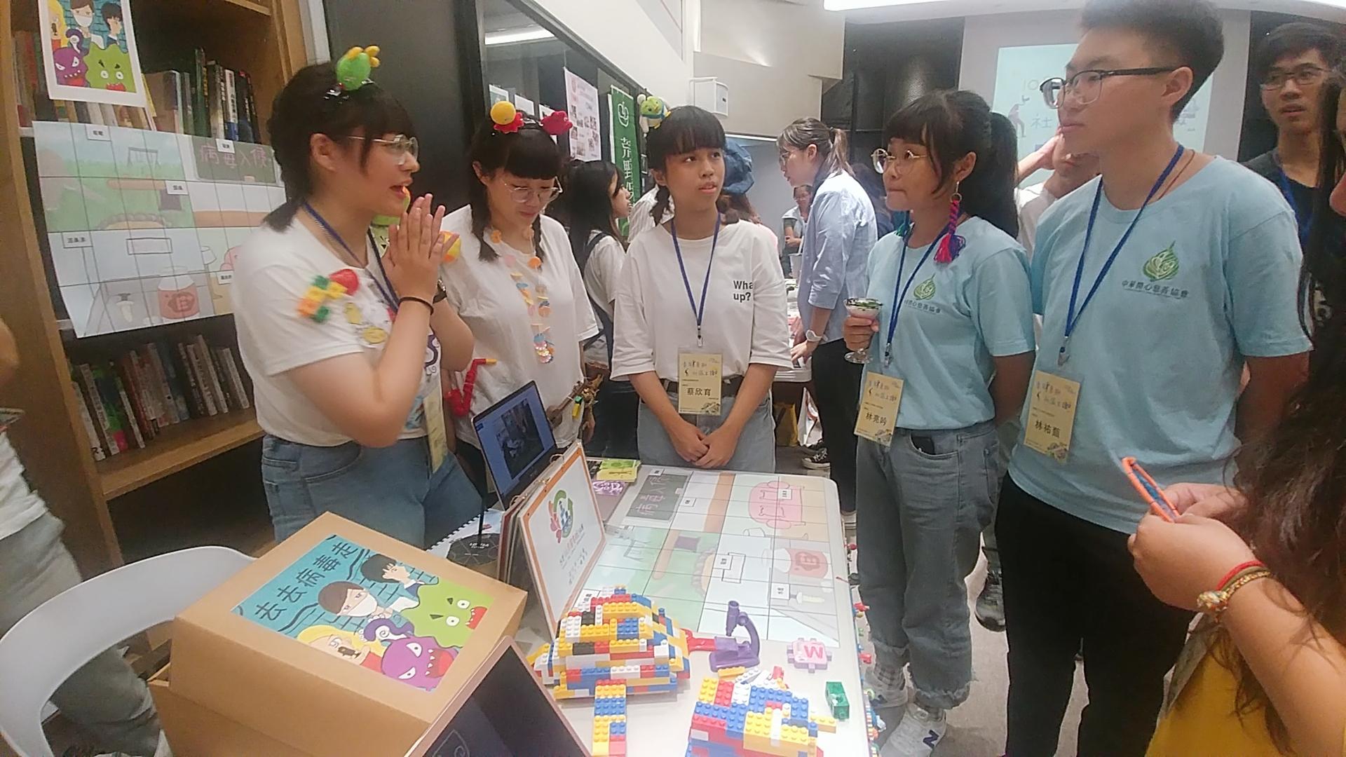 (圖四)黃子寧、蔡欣育、劉佳文將自己設計的桌遊帶來,現場互動玩遊戲。