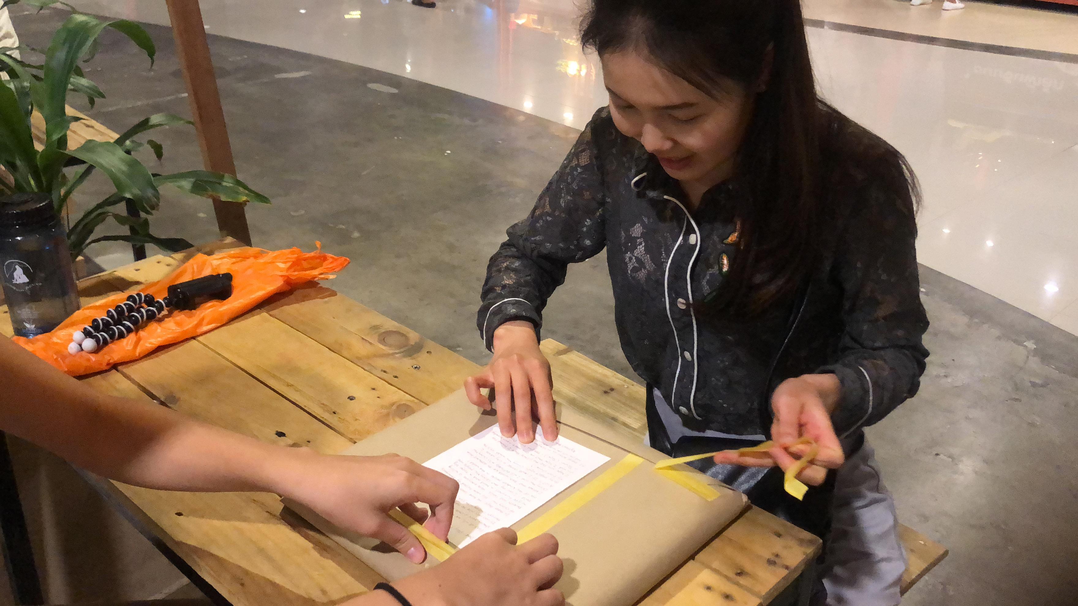 圖三:曾律綺在當地相館將照片洗後,並運用從台灣帶過去的木頭等材料表框,作爲禮物送給4位受訪者。圖片提供/曾律綺