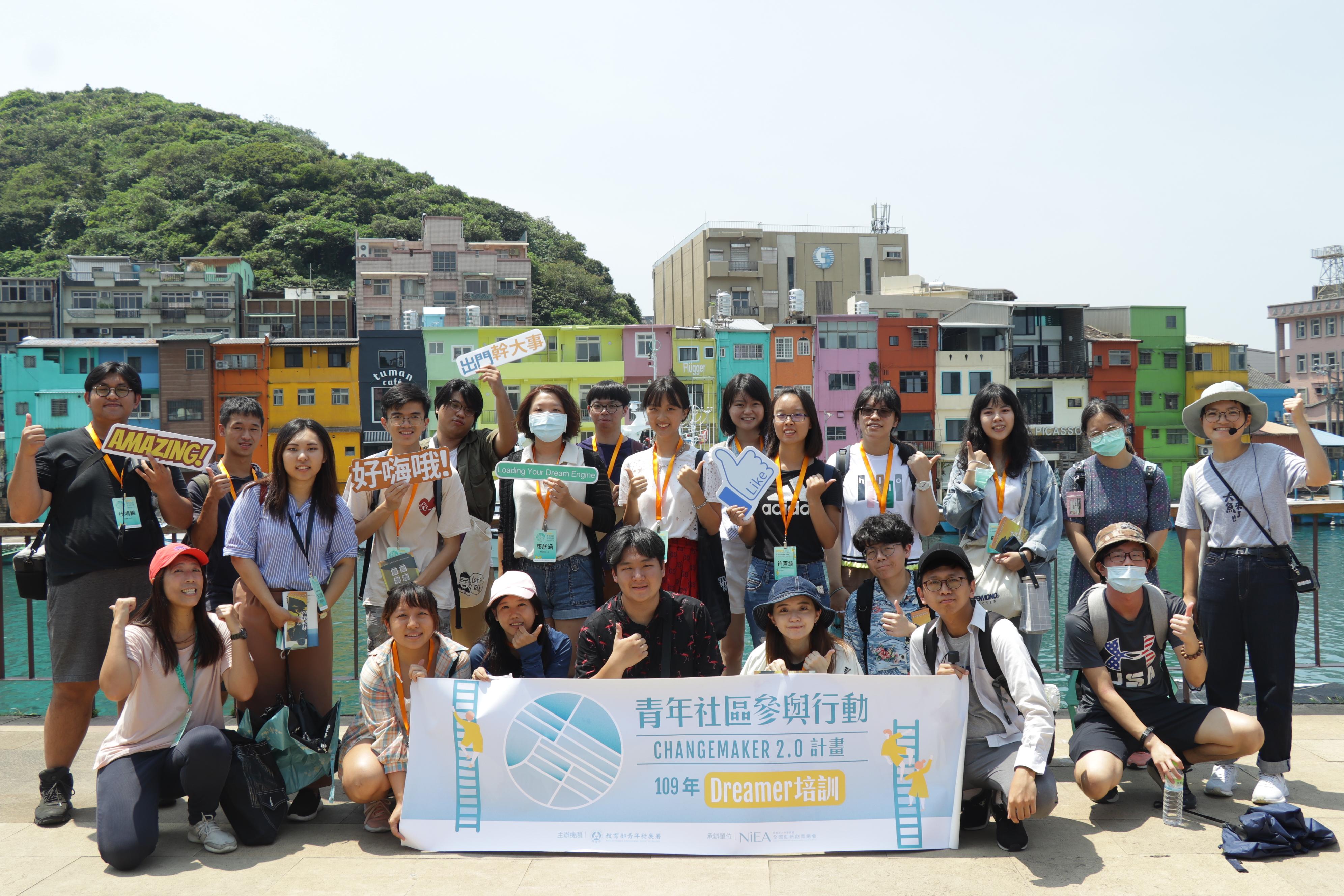 圖三:參與青年社區參與行動的Dreamer學員在烈日下繞行正濱漁港,對星濱山的導覽與行動說明充滿興趣。(攝/萬巧蓉)