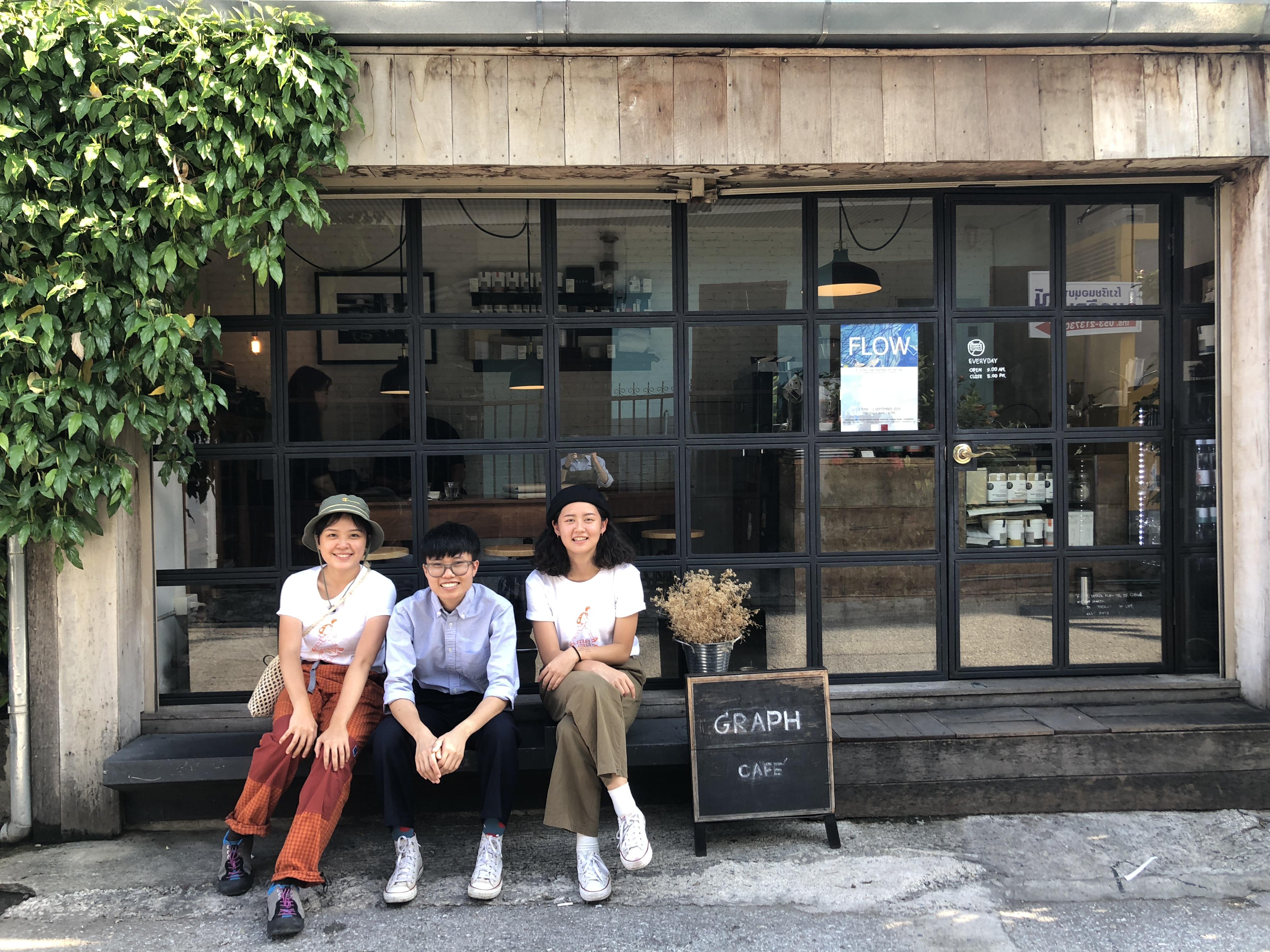 圖一:曾律綺(右一)希望能夠透過國際體驗學習計畫,用藝術展現他國女性特色。圖片提供/曾律綺