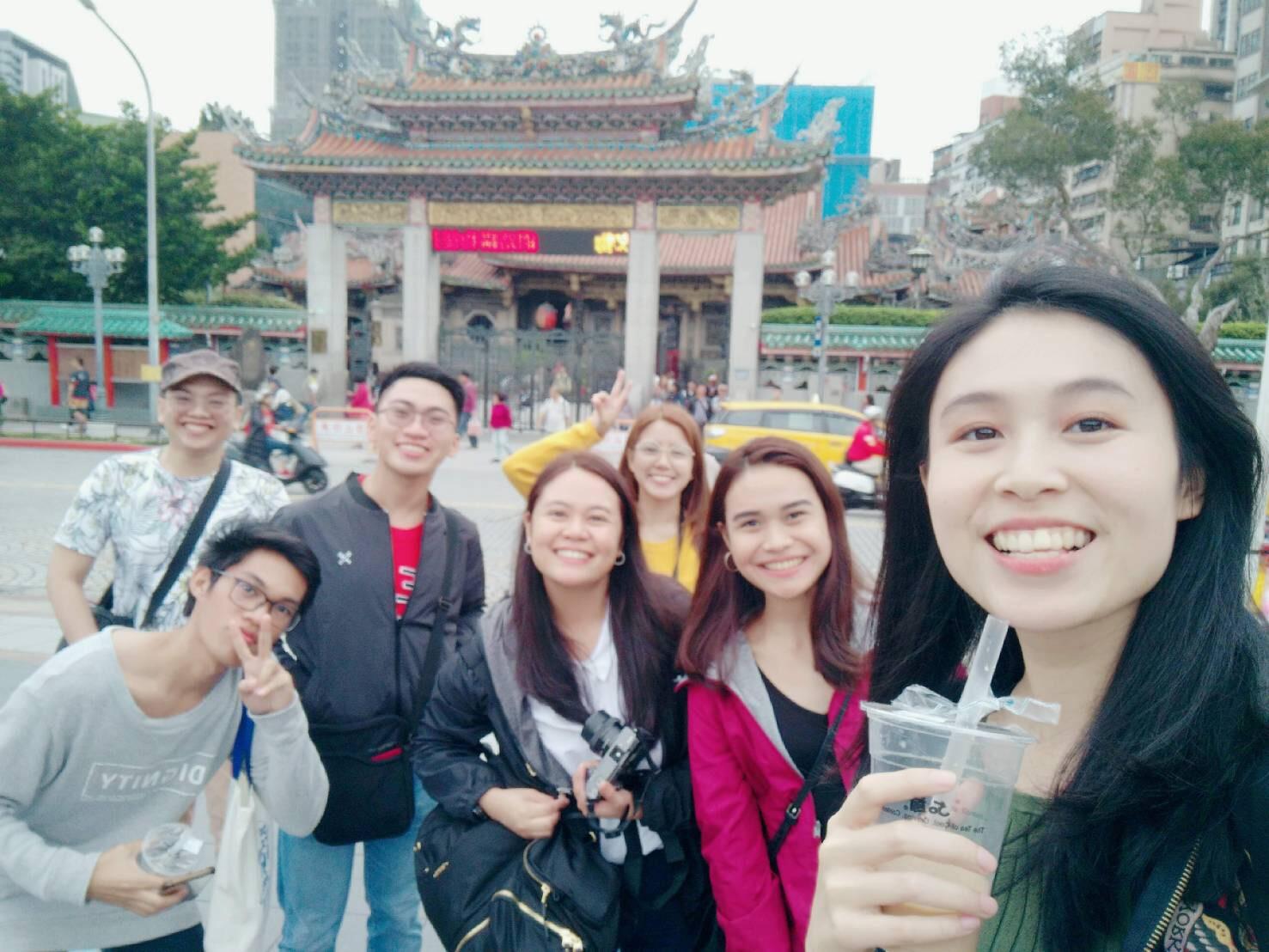 圖五:孫凡琪(右一)帶領菲律賓團到龍山寺拜拜。