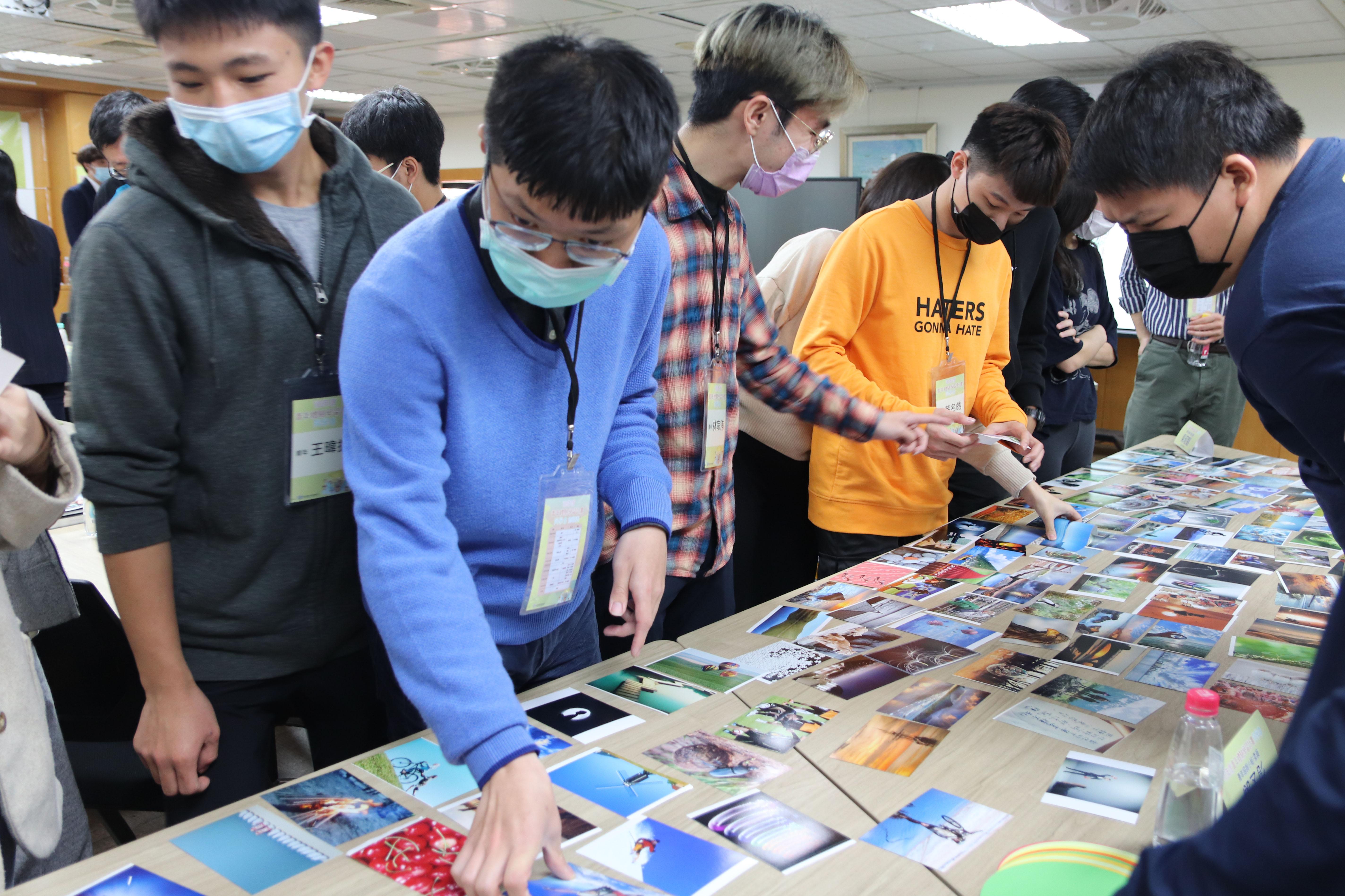 圖3:學員正在挑選最能代表自己的一張卡片。圖/劉書妤攝。