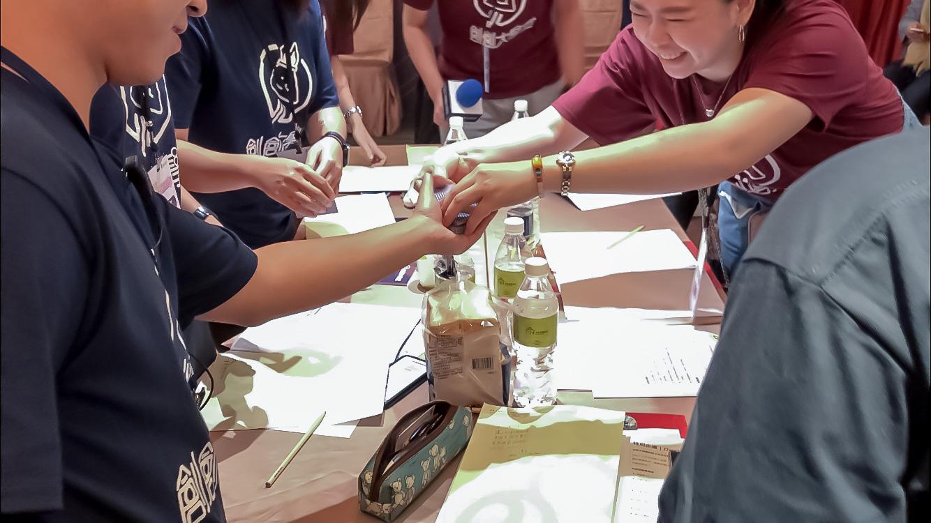 (圖三)學員從工作人員手上抽取撲克牌