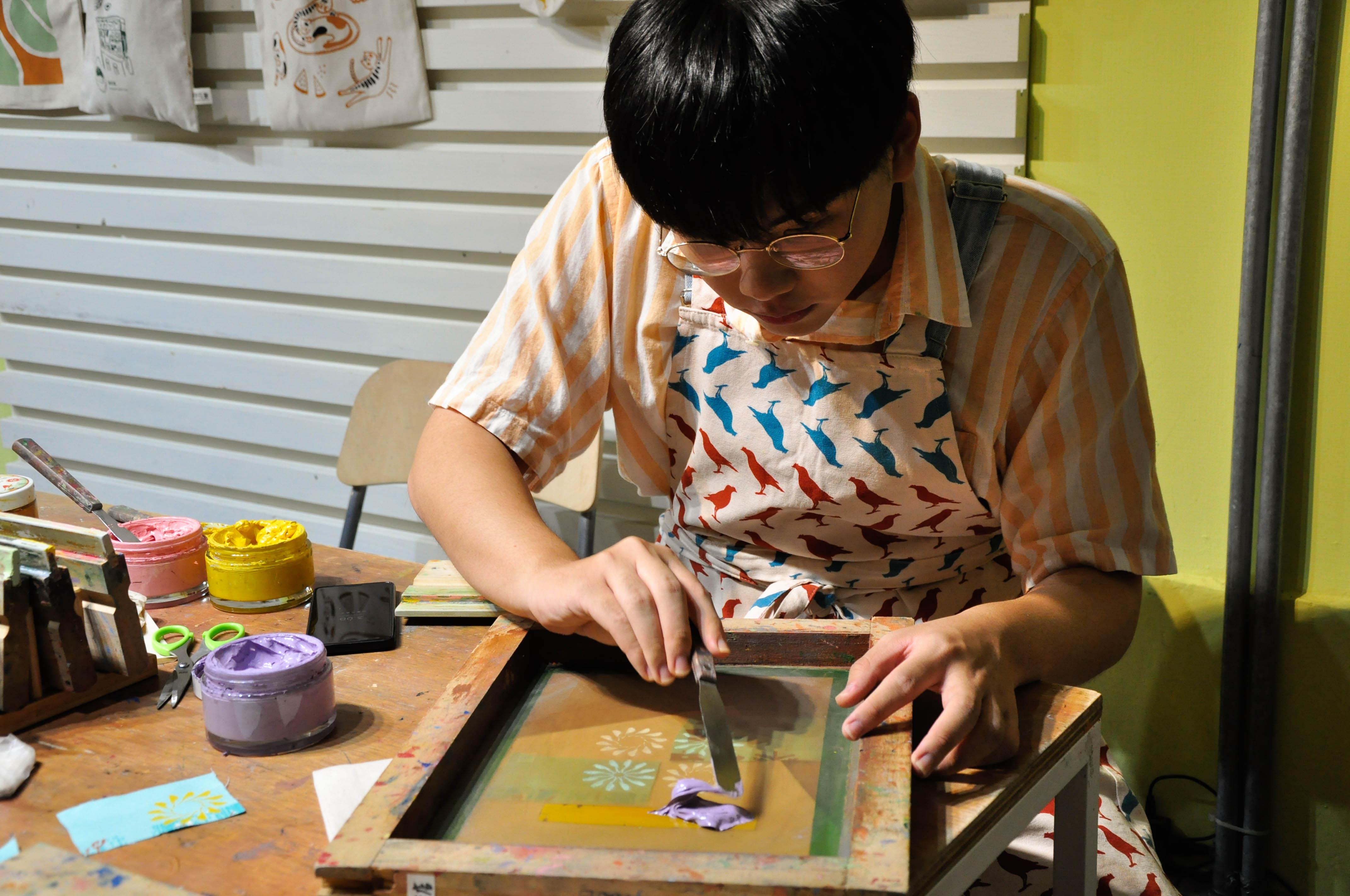 一謙表示,透過絹印手作樂課程體驗到創作的樂趣。攝影/汪祐寧
