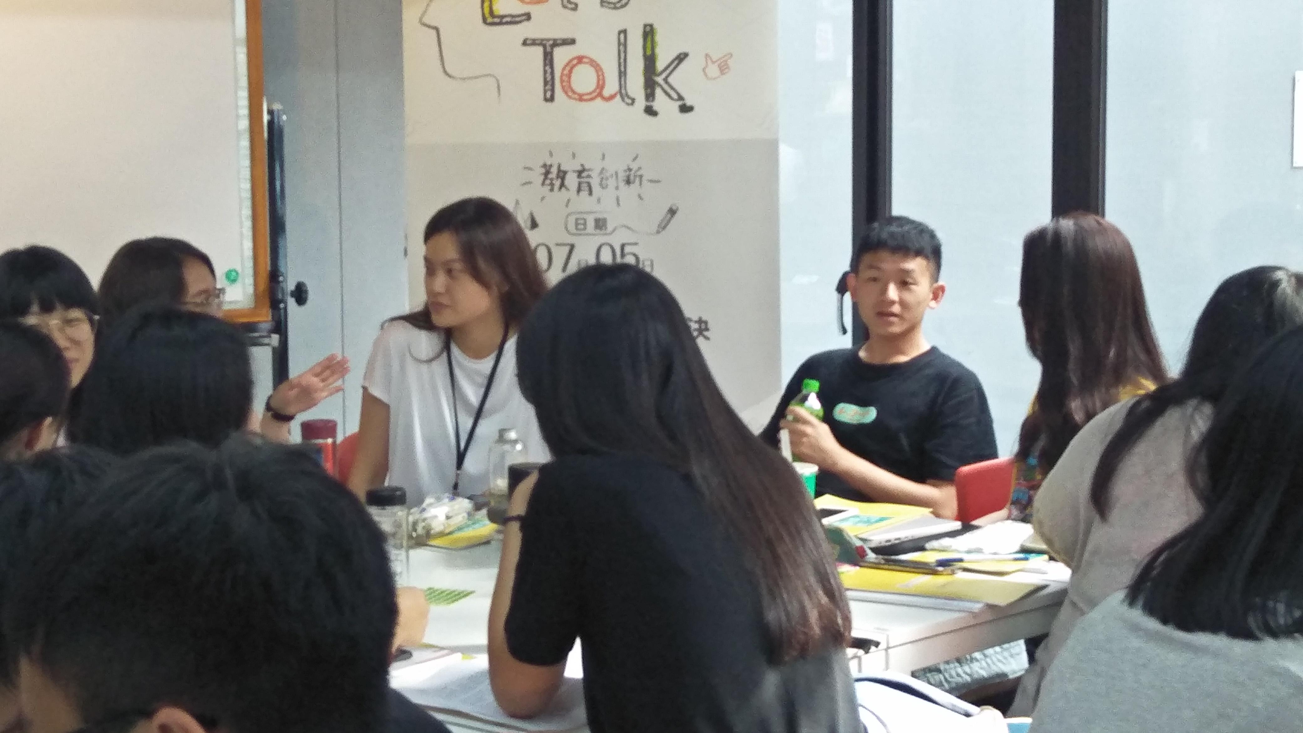 (圖一)Talk開始前與會青年們在會場內互相交流、討論。
