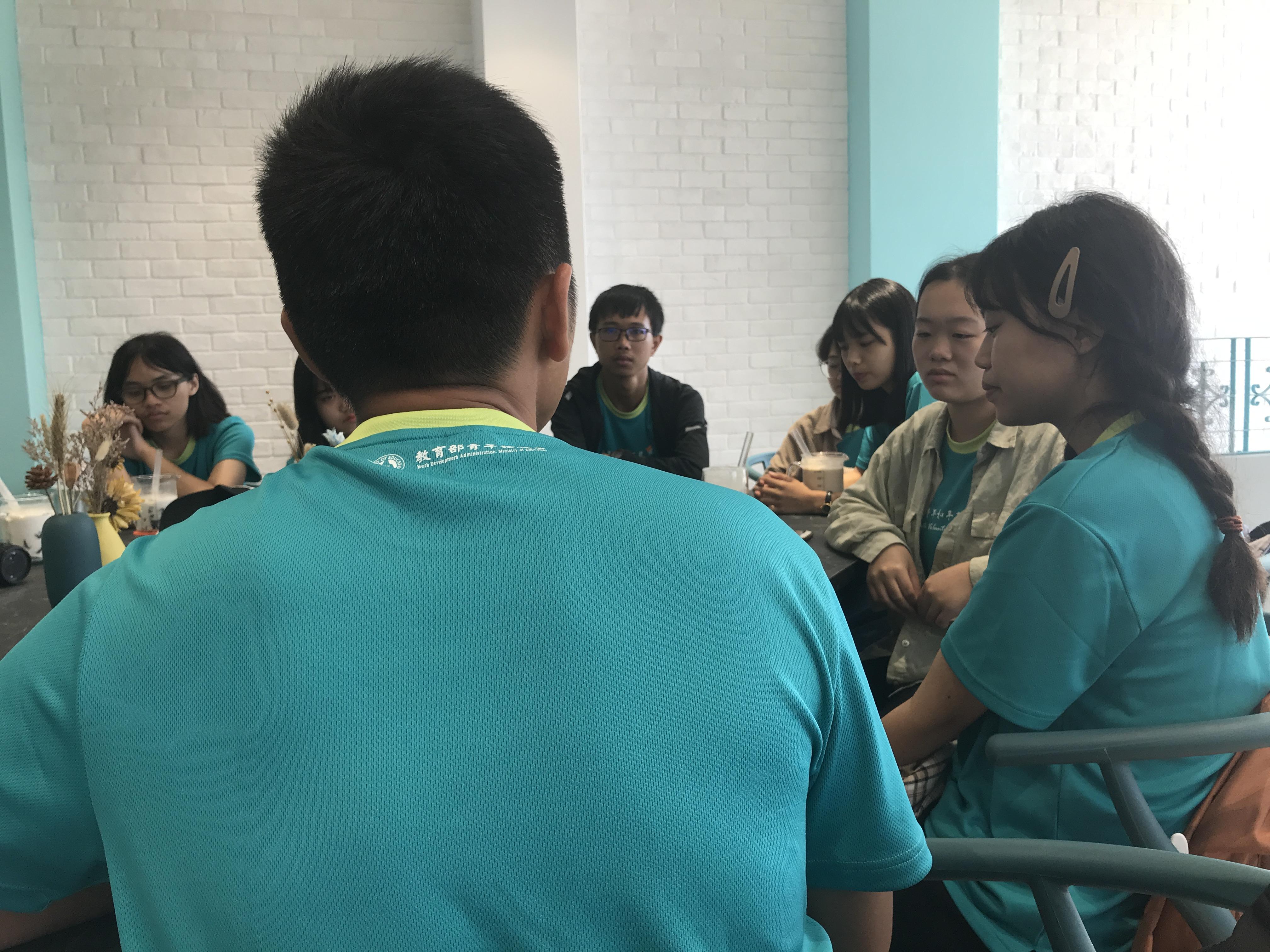 (圖三)這次營隊的結業式選在「找茶」舉辦,圖為永富在和三位馬祖高中的學員勉勵。