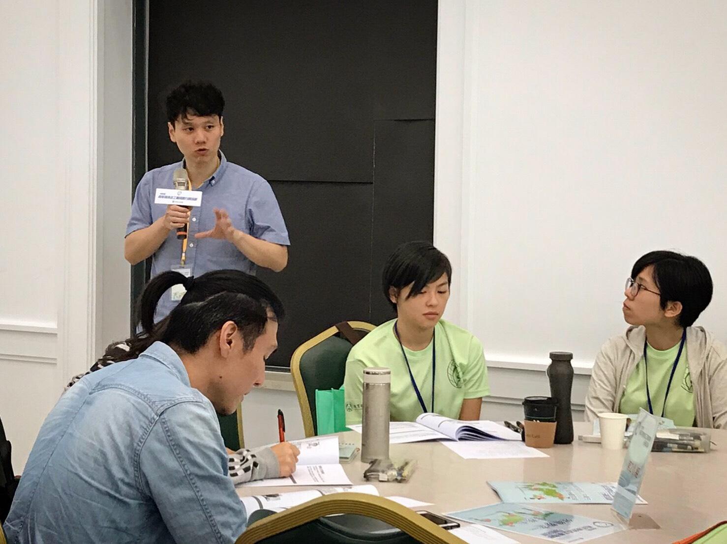 (圖二)台大醫院新南向健康中心的邱醫師與志工們進行衛生教育的行前叮嚀