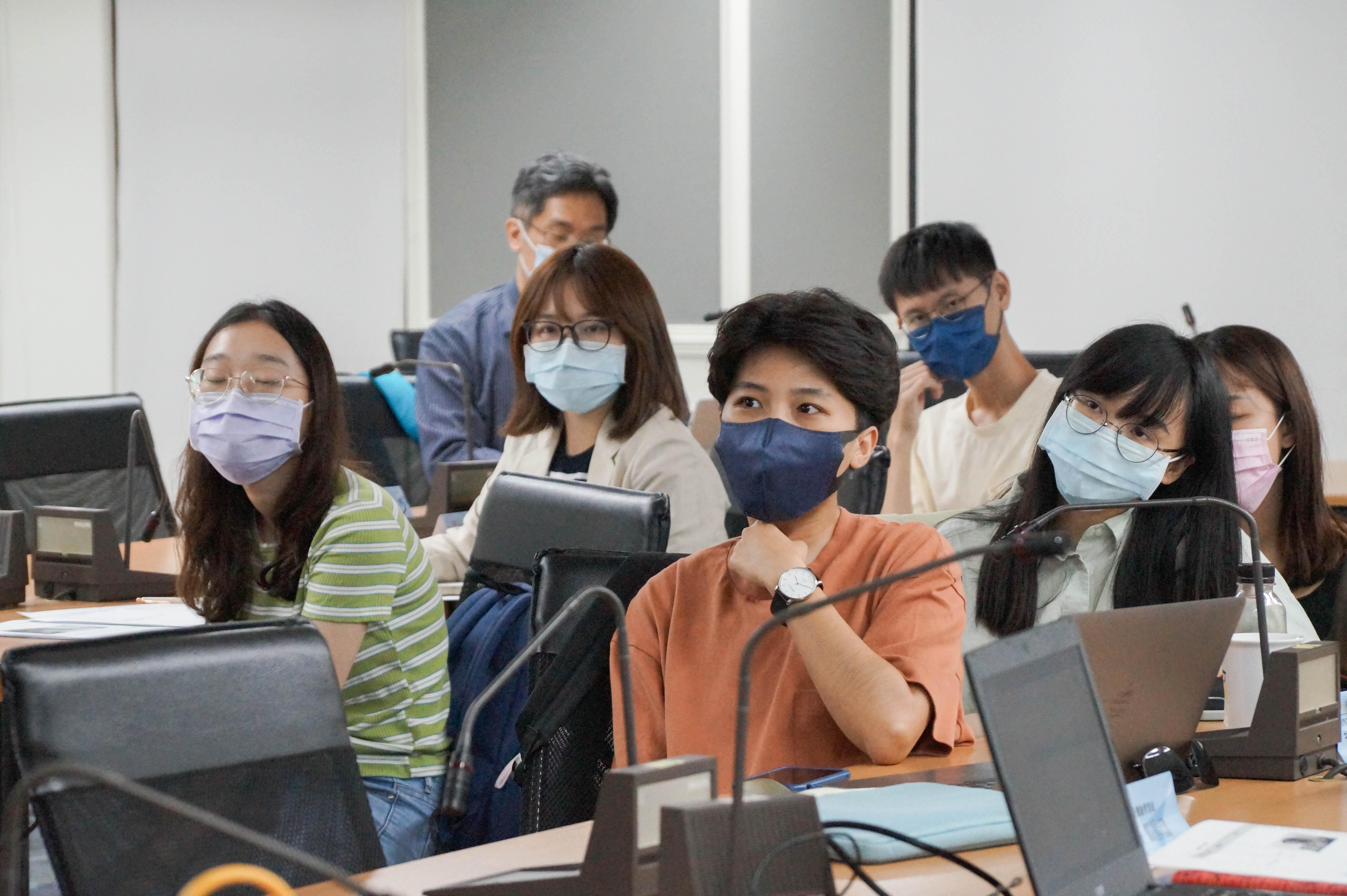 (圖四)超牆記者們專心聽講社群行銷課程。照片提供/教育部青年發展署