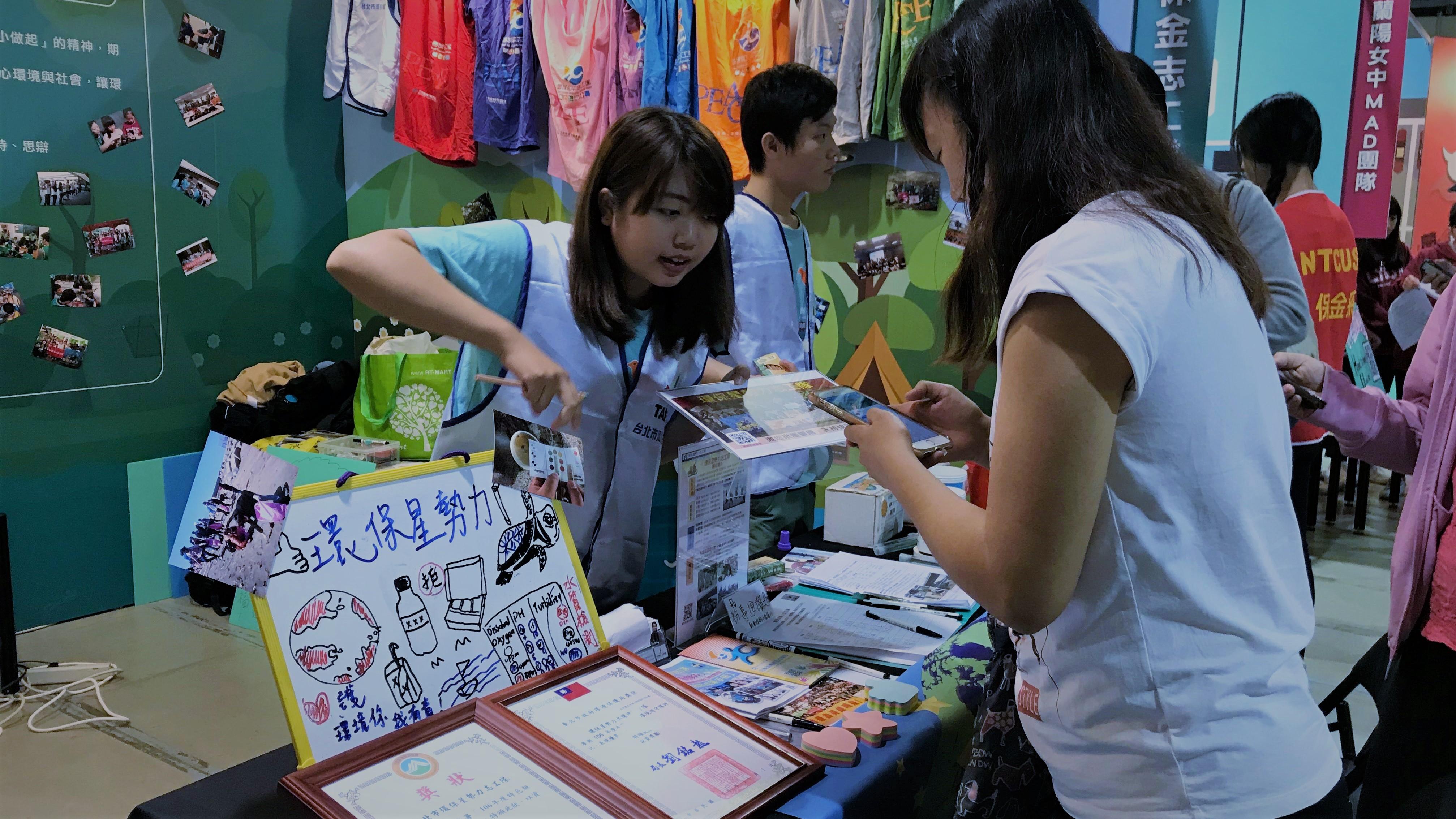 (圖四)青年志工積極的為參觀民眾導覽