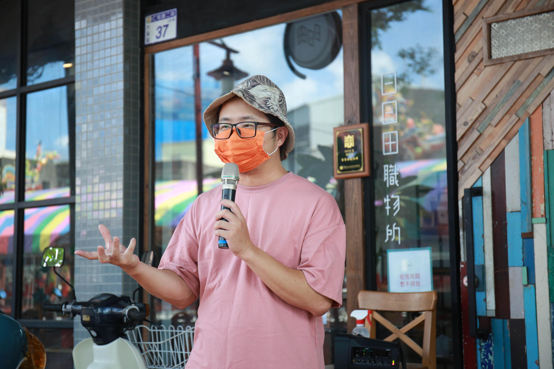 (日日田職物所負責人高慶榮,分享著自己回到家鄉南興里的故事。陳心慈攝影)