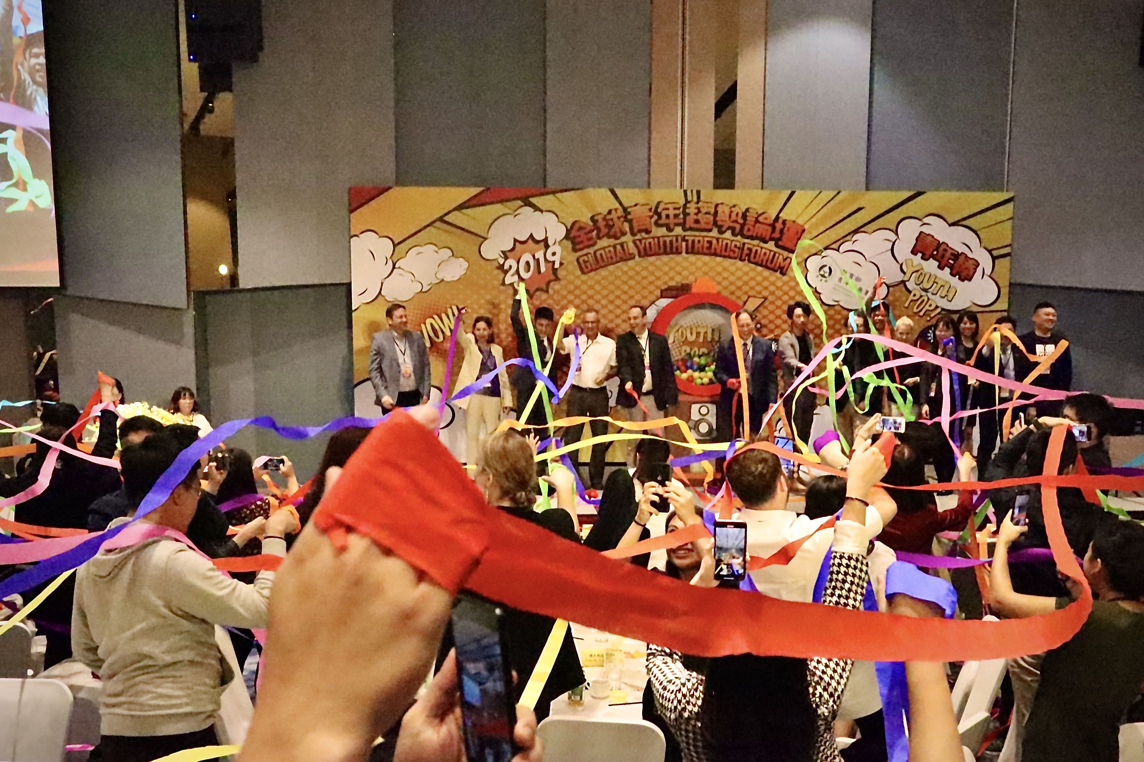 在閉幕式上,參與的各國青年一同喊出「Youth POP」。(攝/陳薇宇)