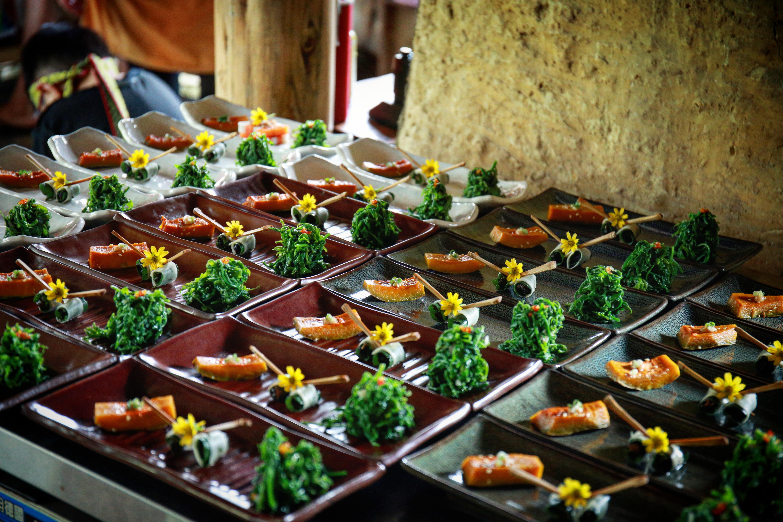 餐桌上豐富的佳肴多為部落裡族人栽種的天然食材,既新鮮又美味。陳心慈攝影