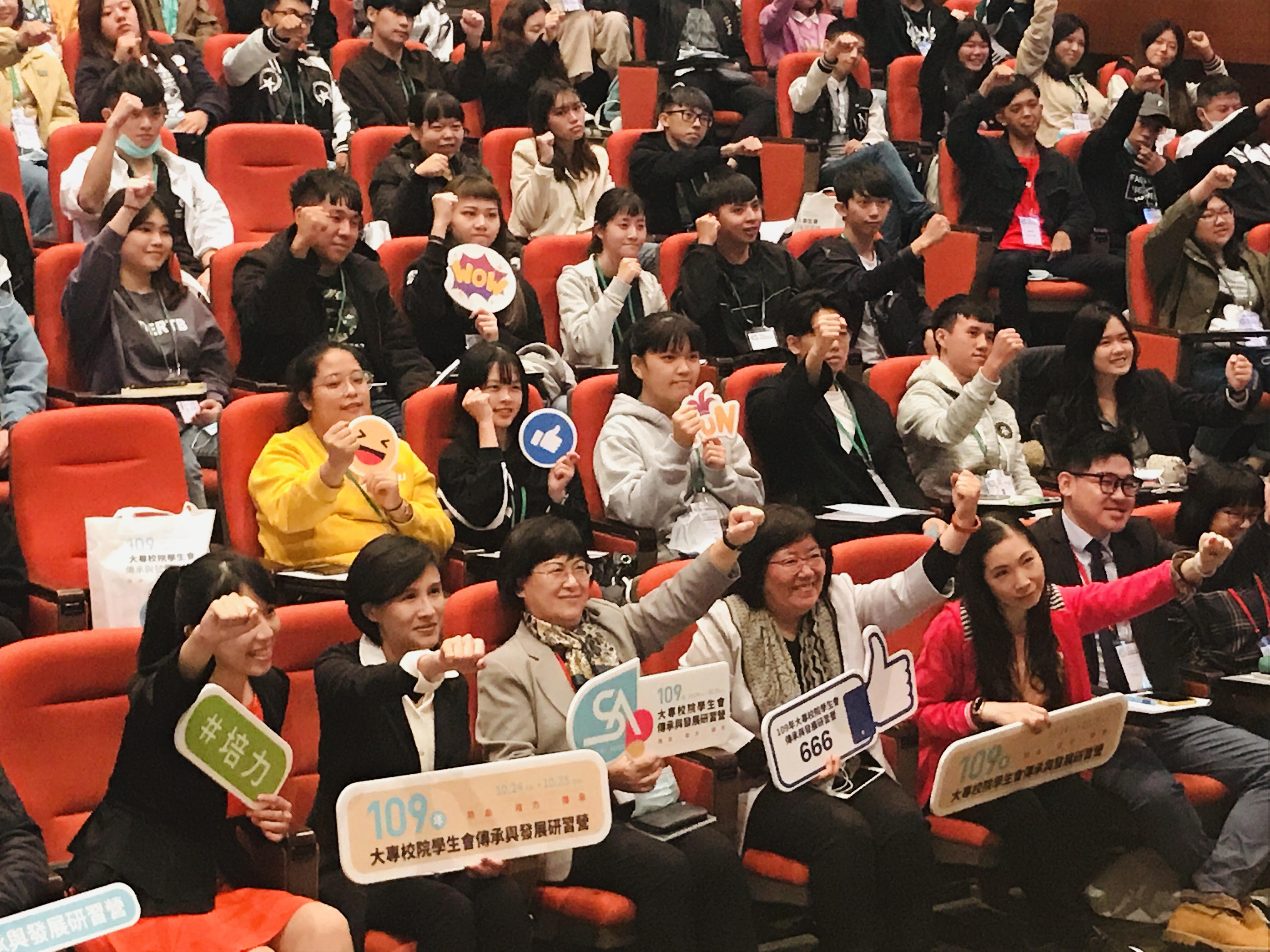 (圖四:圖為鄭麗君前部長演講結束後,大家舉起手來共同合照的畫面。)