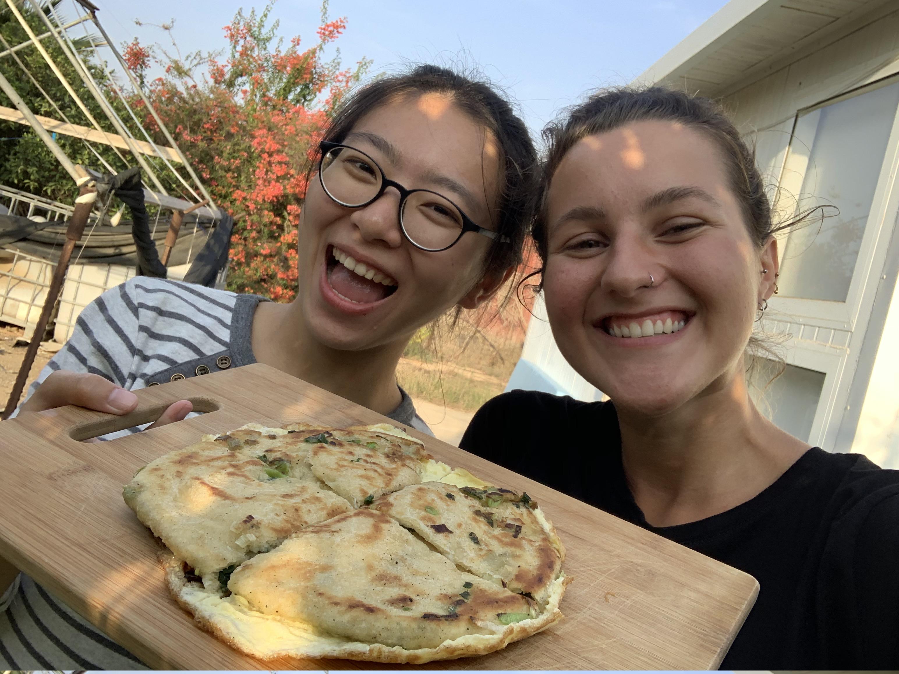 在以色列,高珮瑄與德國室友Janine常互相交流家鄉美食,Janine最喜歡的臺灣小吃就是蔥抓餅! 圖/高珮瑄提供