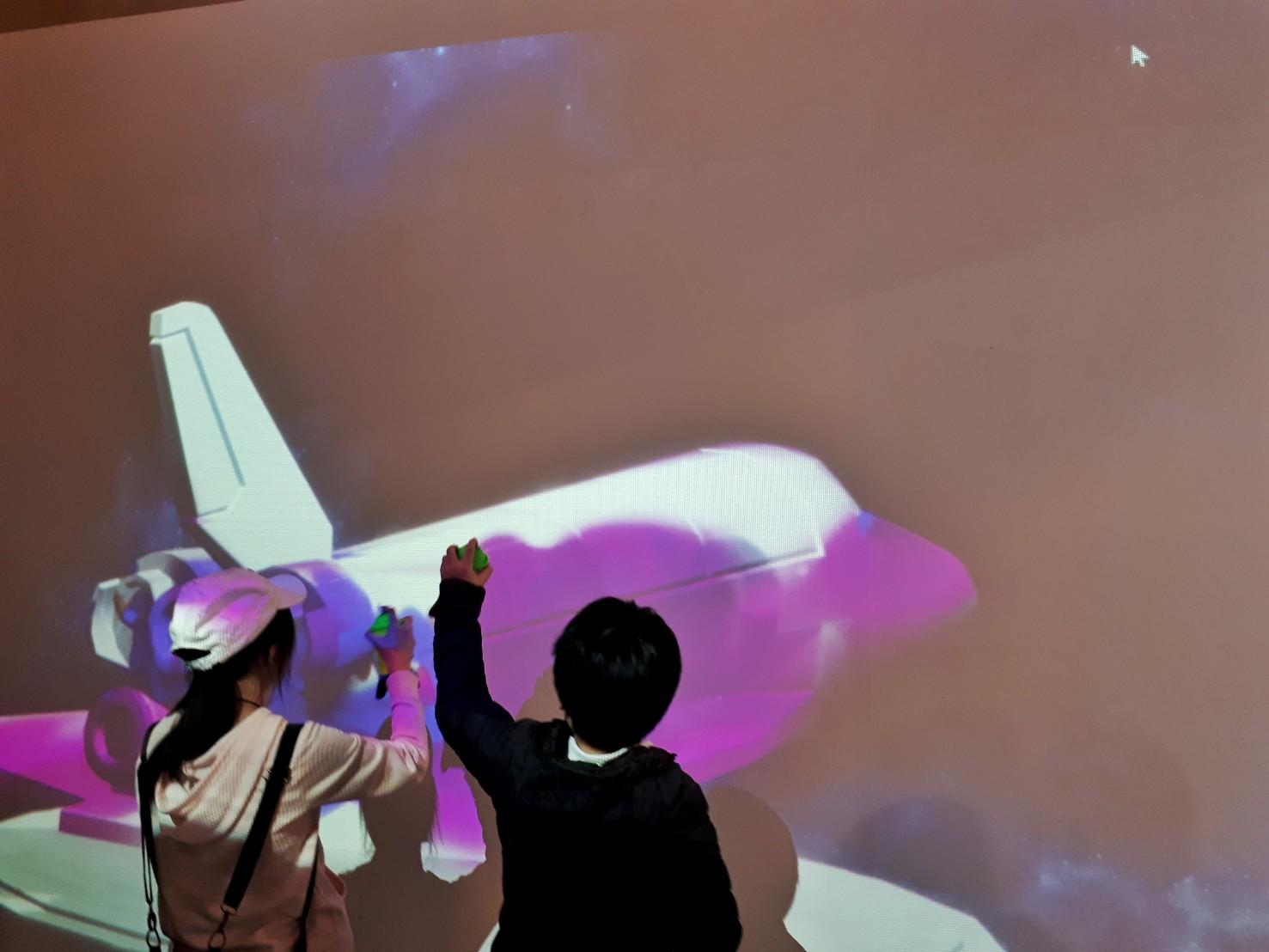 (圖二)現場互動裝置供觀展者塗鴉