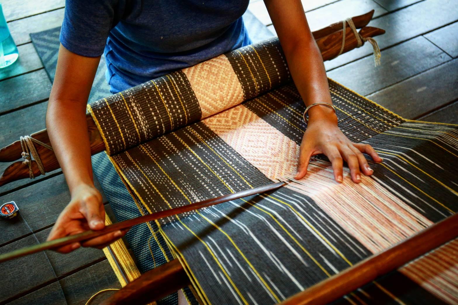 泰雅文化當中女性主要負責編織,又以圖中的手挑編織最為困難,等技術純熟後便可自由設計圖案。陳心慈攝影