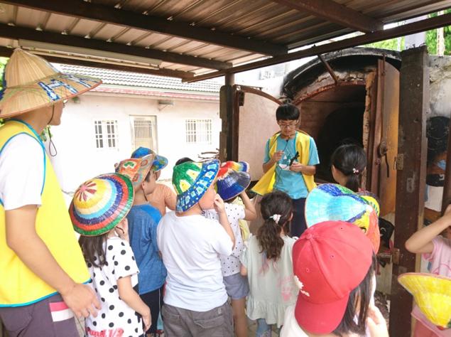 (圖五)由陳祈佑擔任導覽與華盛頓國小營隊介紹生物炭窯