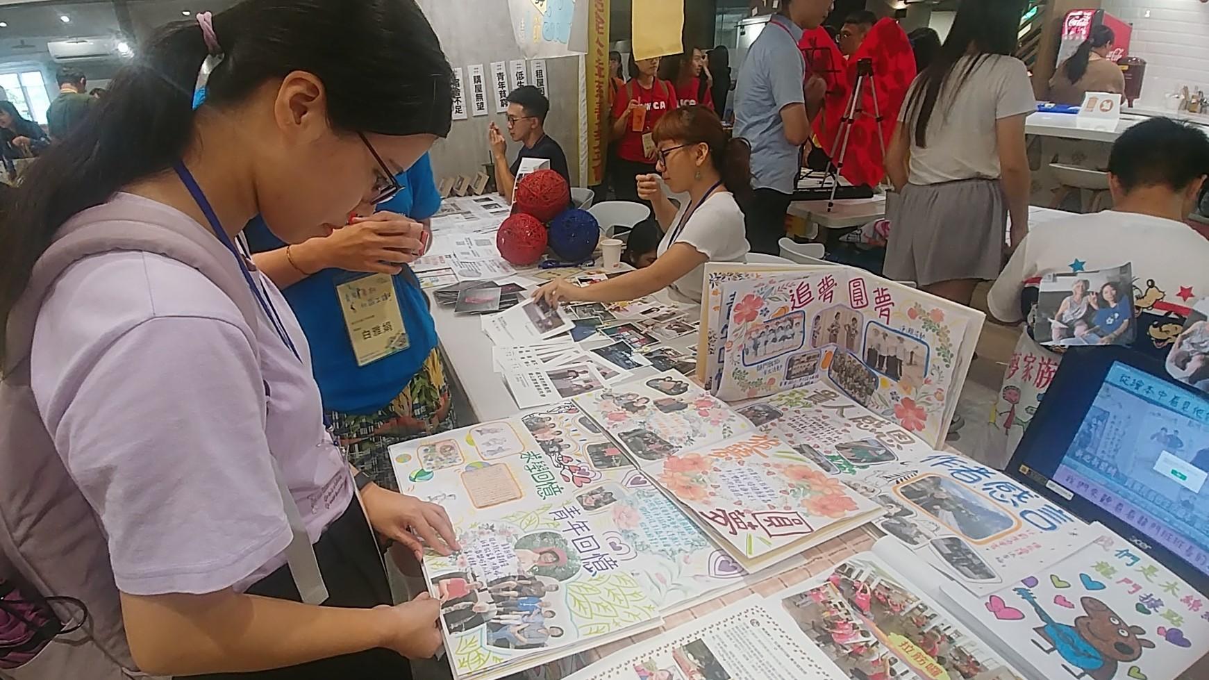 (圖三)暑期工讀生雨軒、妤靜走訪貢寮,為每位高齡者所製作的生命繪本。