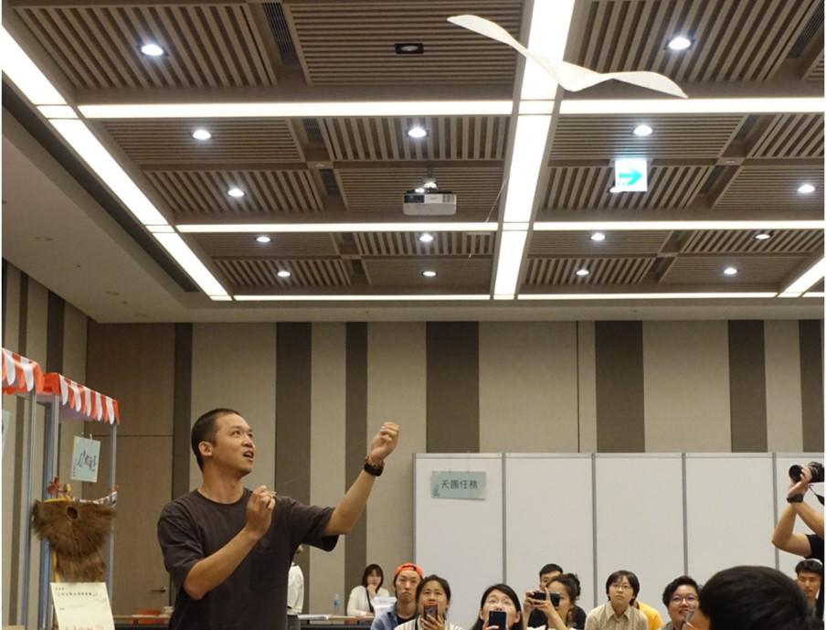 (圖二) 陳鵬文在會場放風箏,並以風箏比喻人生。