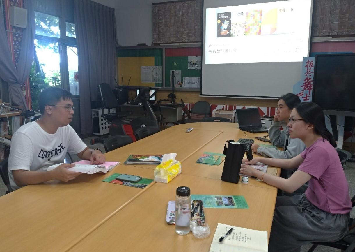 族跡工作室成員黃怡瑄(右前)、莊絮喻(右後)與南王實驗小學主任(左)討論族語教學繪本內容。照片提供/族跡工作室