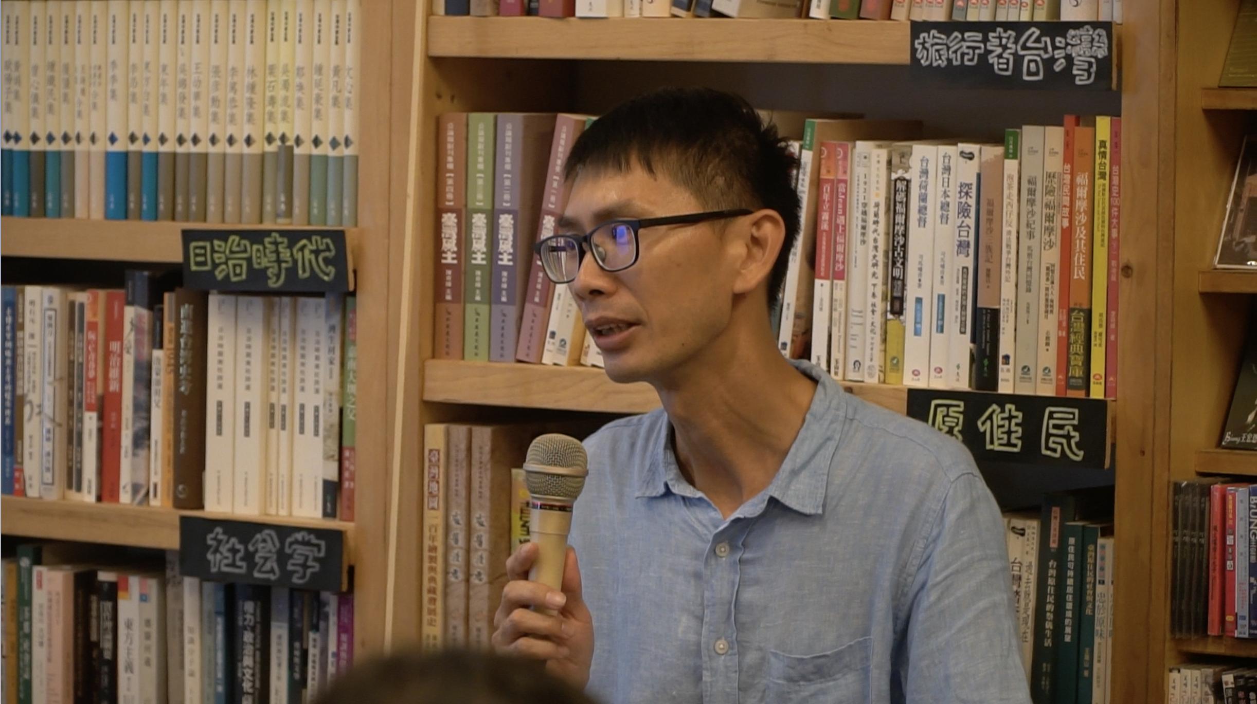 (圖一)余國信老師在洪雅書房和青年們分享自己多年來的經驗。